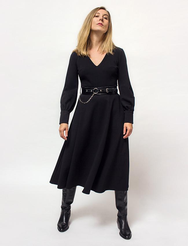 Kto powiedział, że eleganckie rzeczy nie mogą być wygodne jak dresy? Oto Lukrecja w wersji black, klasyczna elegancka sukienka o rozkloszowanym kobiecym kroju.  Bardzo wygodna, uszyta z miękkiej dzianiny bawełnianej z domieszką poliestru, dzięki czemu materiał zachowuje stabilność i nie wykurcza się po praniu ani nie rozciąga, zachowując swoje właściwości na bardzo długo.  Jej wysokość elegancję podkreślają lekko bufiaste rękawy z mankietami i złotymi guzikami.  Idealna do pracy jak po pracy. Jest tak wygodna, ze nie będziesz mogła się z nią rozstać. Skład: 70% bawełna, 22% pl, 8% elastan. ROZMIAR: XS - S - M - L - XL - XXL Długość całkowita: 116 - 117 - 117 - 118 - 118 - 119 Obwód w biuście: 84 - 88 - 92 - 96 - 100 - 104 Obwód w talii: 70 - 74 - 78 - 82 - 86 - 90 Obwód w biodrach: 100 - 104 - 108 - 112 - 116 - 120 Długość rękawa: 61 - 62 - 62 - 63 - 63 - 64