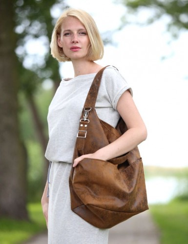 Wyjątkowa torba worek z eko zamszu do noszenia na ramieniu lub na długim pasku na skos, jak listonoszkę. Idealna torebka dla zabieganych mam, które zmieszczą w niej nie tylko swoje rzeczy, ale również dziecięce gadżety. Zamszowa torba doskonale sprawdzi się także jako torba weekendowa lub bagaż podręczny. Piękna, mocna tkanina jest odporna na tarcie i wilgoć, bardzo łatwo utrzymać ją w czystości. Całość zapinana na zamek. W środku posiada dwie kieszonki, w tym jedną zapinaną na zamek. Dodatkowo dwie kieszenie zewnętrzne. Materiał wierzchni: wysokiej jakości zamsz ekologiczny (alkantara, mocna tkanina tapicerska od dołu wzmocniona siatką). Wzór postarzanej skóry antycznej z wyraźna strukturą. Podszewka bawełniana. UWAGA! Istnieje możliwość dopasowania podszewki (ostatnie zdjęcie). Przy składaniu zamówienia proszę o wpisanie numeru wybranej podszewki. W przypadku braku informacji szyjemy torebkę z podszewką szarą w kropki lub czarną w gwiazdki. Napisz informację w uwagach do zamówienia.