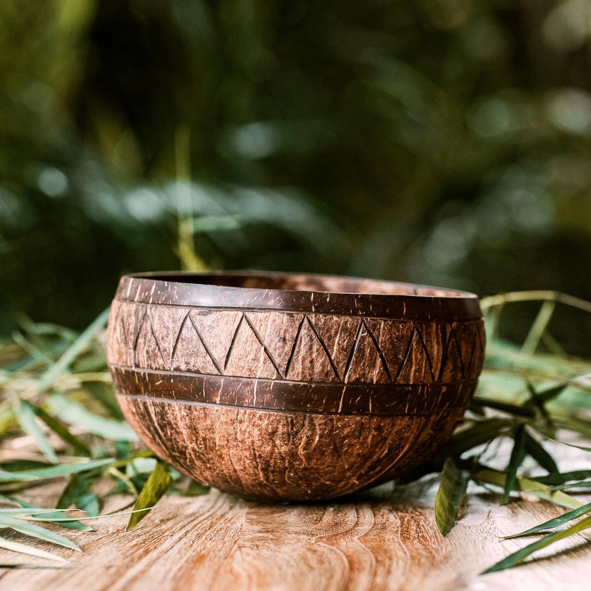 """W naszej działalności staramy się łączyć miły dla oka i nowoczesny design z ekologicznymi, przyjaznymi dla środowiska, naturalnymi surowcami. Miski kokosowe to obowiązkowy ekologiczny dodatek do Twojej kuchni. Wykonane są z łupin orzechów kokosowych na codzień wyrzucanych jako odpady. Kupując nasze miski wspierasz przetwarzanie i wtórne wykorzystywanie nikomu niepotrzebnych łupin kokosów, pomagasz środowisku, a zarazem pomagasz zapewnić godne życie lokalnym rzemieślnikom. Każda nasza miska jest przycinana, szlifowana i polerowana ręcznie. Nasze miski na żadnym etapie produkcji nie są poddawane obróbce chemicznej, a dzięki temu są w pełni wolne od jakichkolwiek substancji chemicznych. Produkt: Miska kokosowa """"Agung""""Materiał: łupina orzecha kokosowegoRozmiar: średnia Pojemność: około 550-600mlKolor: naturalny, nieprzetworzonyWymiary: średnica 12-13 cm, wysokość 8 cmKraj pochodzenia: Indonezja (Bali) Cechy szczególne: 100% wegańskia wykonana ręcznie i unikalna piękny kształt zero waste pr"""