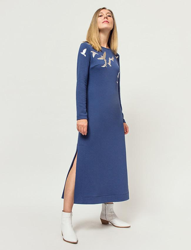 Niebieska sukienka ze złotym wzorem ptaki SKY - Cocoon