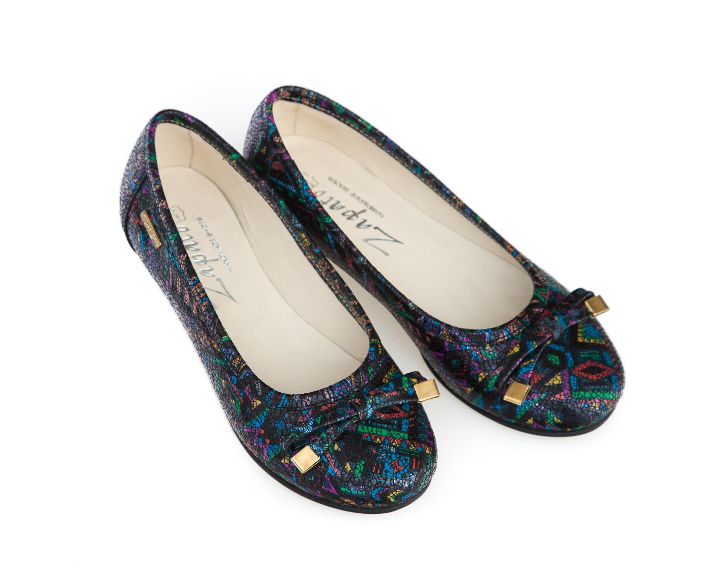 Skórzane baleriny to jedne z najwygodniejszych butów dla kobiet, ten model damskich butów jest wygodny, miękki i doskonale dopasowuje się do stopy. Wybierać możesz spośród wielu wzorów – baleriny z kokardą, na obcasie, wiązane czy w szpic. Również ilość dostępnych kolorów tych damskich półbutów może przyprawić o zawrót głowy – baleriny w kwiaty, klasyczne czarne baletki czy te w odcieniach beżu i szarości to tylko kilka przykładów skórzanych damskich butów, jakie możesz znaleźć w naszym sklepie.