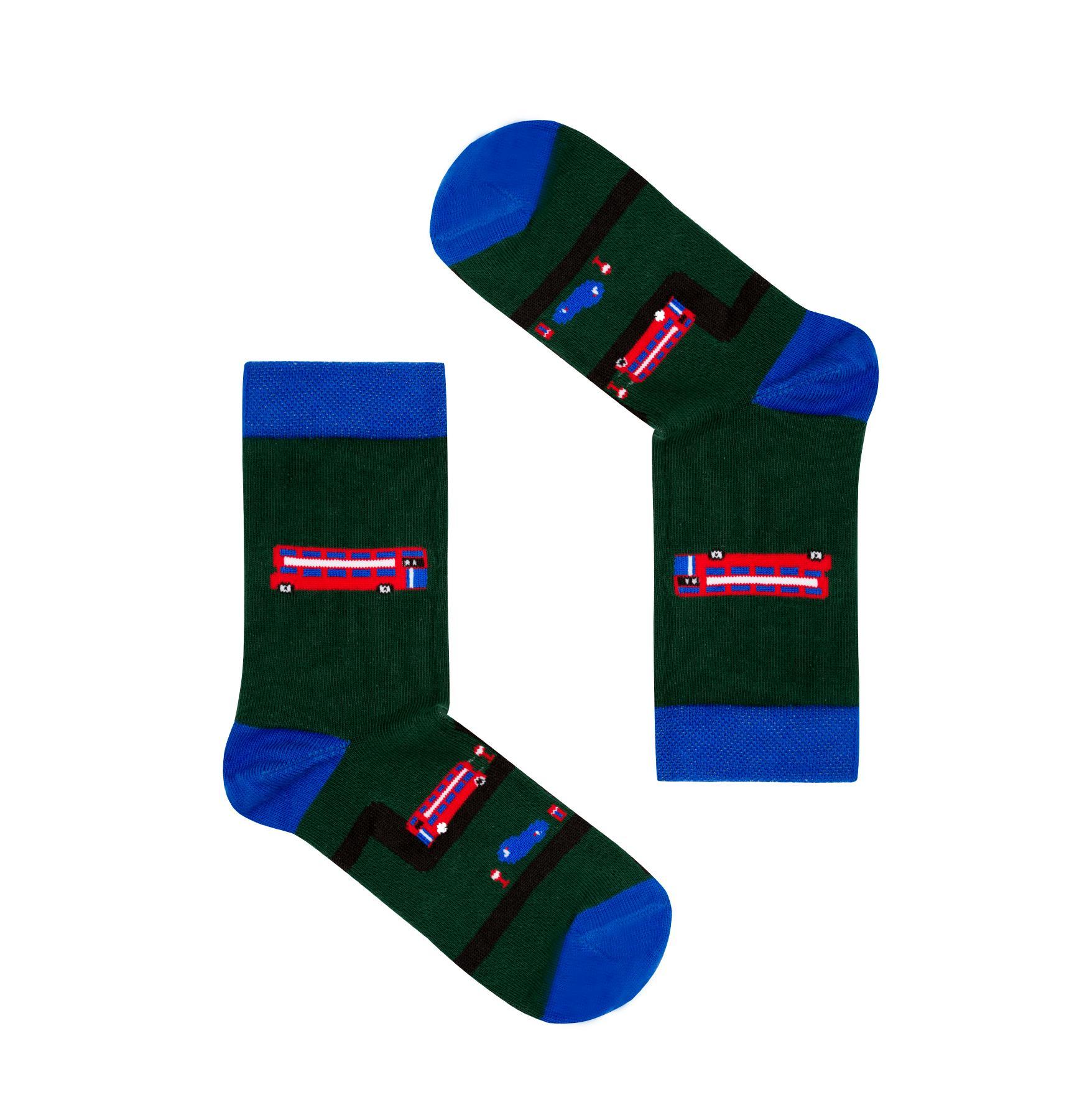Śmieszne, kolorowe skarpetki dziecięce FAVES Socks & Friends z kolekcji angielskiej w autobusy! Poznaj kolorowe skarpety marki Faves Socks & Friends i dodaj swoim stylizacjom odrobinę szaleństwa, a podróżnicze motywy niech inspirują Cię do wypraw małych i dużych. Wzory skarpet przedstawiają symbole charakterystyczne dla danego kraju. Znajdziesz u nas także więcej motywów z tej kolekcji w innych rozmiarach - może to idealny pomysł na skarpety dla całej rodziny? Made in Poland. – produkty są zarówno projektowane jak i produkowane wyłącznie w Polsce. Bawełna stosowana w skarpetach posiada certyfikat OEKO TEX, który stanowi gwarancję bezpieczeństwa dla skóry. Skład skarpet: 80% bawełny czesanej / 15% poliamidu / 5% elastanu
