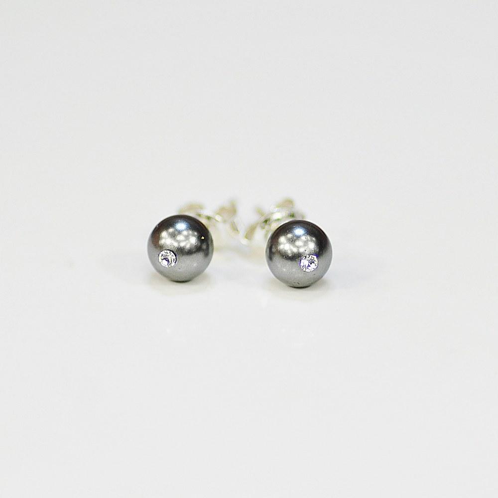Kolczyki z grafitową perłą C to subtelne i eleganckie kolczyki z perłami w pięknym, głębokim odcieniu grafitu i kryształkami Swarovskiego w kolorze Crystal. Kolczyki wkrętki - minimalistyczne, w klasycznym wydaniu są świetnym dodatkiem do każdej stylizacji, zwłaszcza dla pań aktywnych i zabieganych. Kolczyki zamocowane są na srebrnych sztyftach. - średnica pereł - 6 mm - sztyfty i baranki - srebro 925 - perły Swarovskiego Dark Grey - kryształki Swarovskiego Crystal