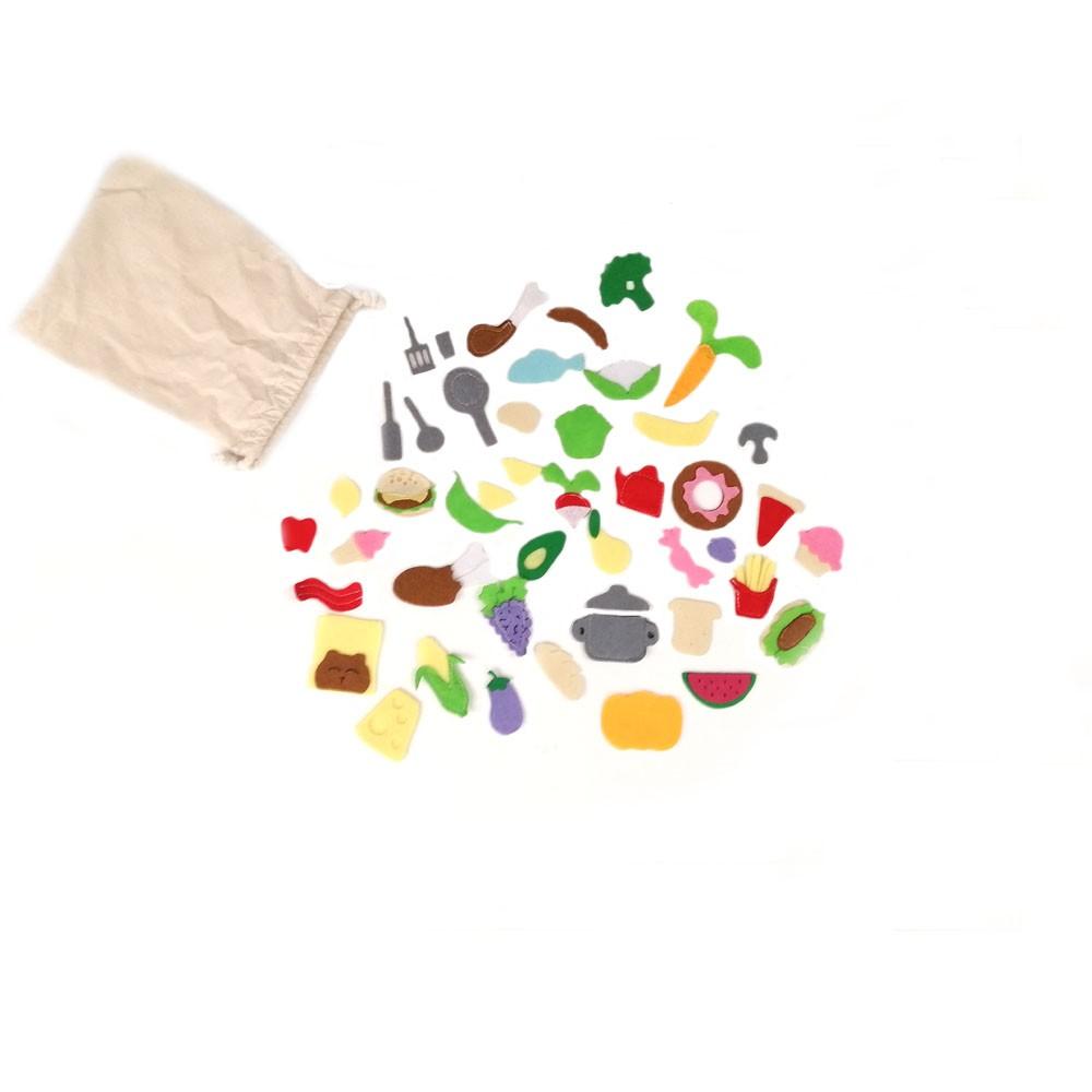 Domek wykonany w całości ręcznie. Uszyty z największą starannością oraz z najwyższej jakości bawełny, filcu oraz zamszu eco. Całkowicie rozkładany, zapinany na rzepy oraz guziki. W środku znajdują się pokoje tj, sypialnia, kuchnia, łazienka oraz salon z kominkiem. Elementem domku jest miś oraz woreczek z jedzeniem, pasta i szczoteczka do zębów. Wymiary domku to 20/20/30 cm