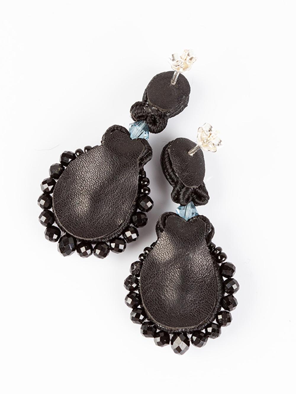 Vintage Rose to eleganckie kolczyki sutasz w stylu Vinatage z - kryształami Swarovskiego w kolorze niebieskim denim- koralikami z ONYKSU - czarną taśmą cyrkoniową - Kompozycja otoczona czarnym sznurkiem sutasz- Do zawieszenia kolczyków wykorzystałam podwieszone sztyfty na kulce ze srebra pr. 925 - Kolczyki od spodu wykończone są naturalną czarną skórką. ………………………………… Długość: 3 cm W najszerszym miejscu: 1,5 cm Waga: 4 g (znacznie lżejsze niż się spodziewasz :), biżuteria sutasz jest bardzo lekka )