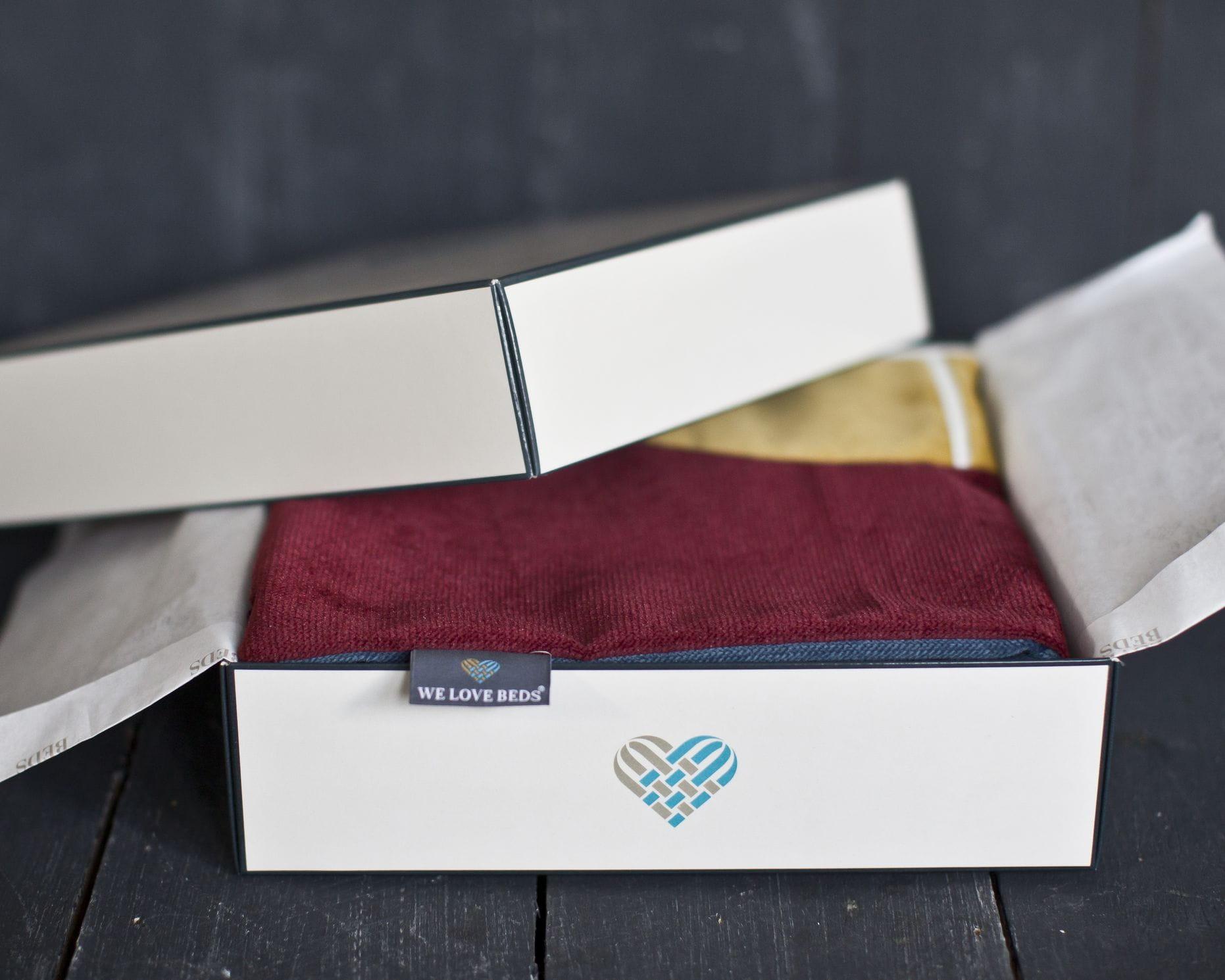 Poszewka dekoracyjna Tokyo Główną inspiracją kolekcji poduszek dekoracyjnych Fashion Capitals, stworzonej wspólnie z projektantką wnętrz- Agnieszką Chlebdą, był design lat 60-tych. Światowe stolice designu prezentowały wtenczas (powracające dziś do łask) fotele z drewnianym oparcie, kultowe meblościanki, tapicerowane wersalki, czy pełne koloru, szklane wazony. Projekt asymetrycznych kształtów oraz barwnych tkanin, nadaje wnętrzu nietuzinkowego stylu. Poszewkę wykonano z weluru, materiału delikatnego, miękkiego oraz łatwego do wyczyszczenia. Idealnie nada się do minimalistycznej i gustownej przestrzeni. Każdy produkt pakujemy w kredowy kartonik, wyściełany muślinowym papierem. Poduszka idealnie sprawdzi się tym samym jako wyjątkowy prezent. Poduszka dekoracyjna Tokyo tworzy piękny zestaw z poduszkami: Jeans Blue, Dijon, Mystic Burgundy. Zadbaj o swoje wnętrze. Kolor: niebieski, żółty, bordowy. Dostępne rozmiary : 40x60 cm - pasuje do niej wkład jedwabny 45x65 cm Tkanina : Poliester Wymi