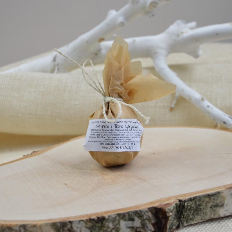 Musująca kula kąpielowa wypełniona odżywczymi dodatkami, olejami, masłem shea i naturalnymi olejkami eterycznymi. NIEBIESKA GLINKA zawiera sporo mikroelementów, działa przeciwzapalnie i regenerująco. Olej z PESTEK WINOGRON ma właściwości regeneracyjne, przeciwstarzeniowe, zmiękczające i przeciwalergiczne. OLEJ AWOKADO odżywia skórę czyniąc ją gładką i elastyczną, działaprzeciwstarzeniowo. Zmiękcza, regeneruje i nawilża. SÓL MORSKA dzięki minerałom takim jak: wapń, magnez, potas i jod znacząco poprawia kondycję skóry. Składniki mineralne wnikając w tkanki oczyszczają pory, odżywiają i powodują lepsze napięcie naskórka. MASŁO SHEA nawilża, uelastycznia i odżywia. ZAPACH: 100% naturalny olejek eteryczny zapewniający cenne umysłowe i fizyczne korzyści aromaterapeutyczne OLEJEK TRAWA CYTRYNOWA ma orzeźwiający i przyjemnie cytrusowy aromat, który poprawia nastrój. Działa uspakajająco, jest pomocny przy przeziębieniu, oczyszcza zatoki. Ma właściwości antybakteryjne, przeciwgrzybicze, niweluje