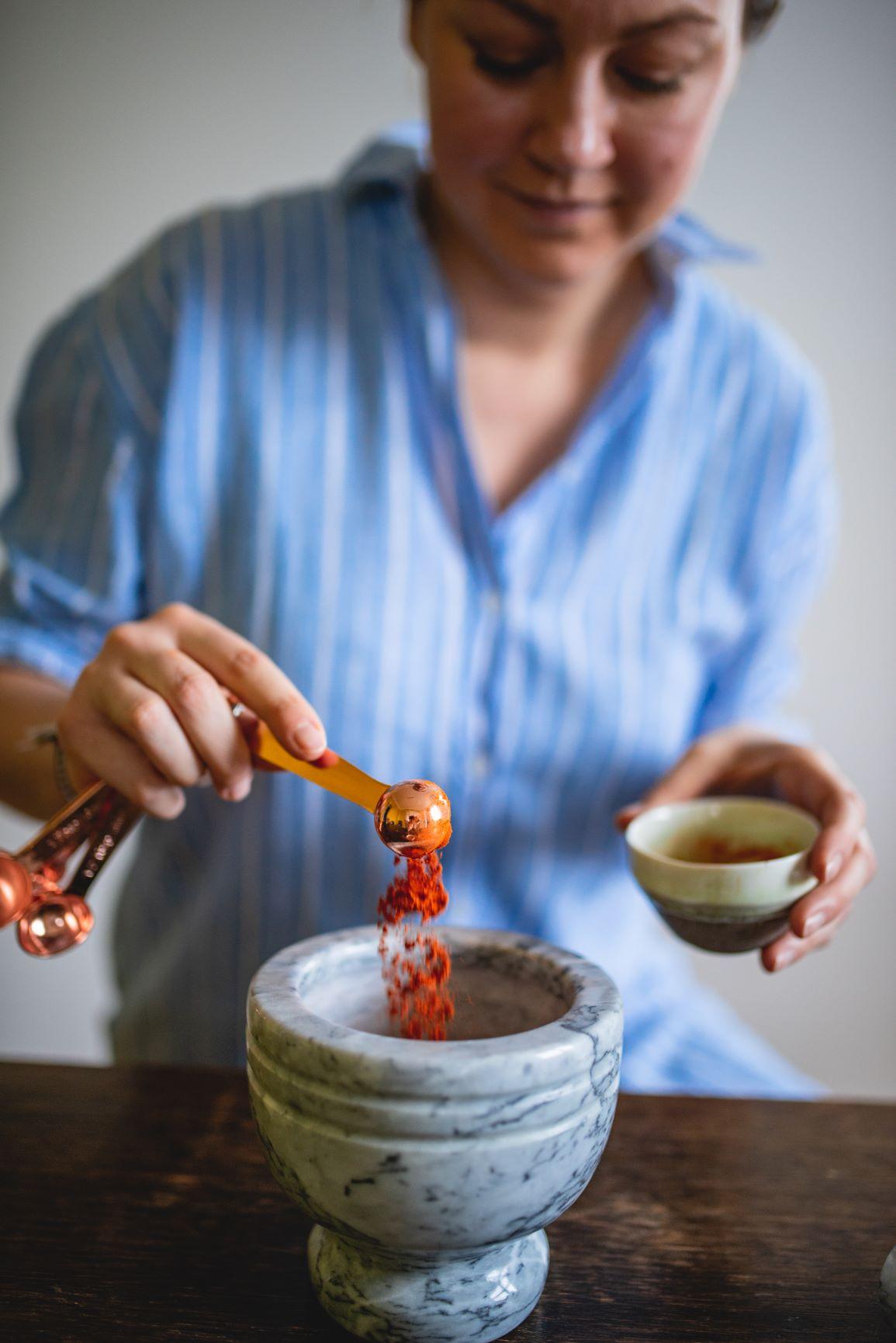 Naturalne ręcznie robione kadzidła stożkowe Powstają z pudrów drzewnych i roślinnych oraz żywic Jak z nich korzystać? Podpalone kadzidełko postaw na talerzyku lub w miseczce możesz wsypać do naczynia wcześniej trochę piasku lub soli i po prostu ciesz się egzotycznym zapachem Całość powinna się spalić w przeciągu piętnastu minut Jeżeli zapach jest zbyt intensywny zawsze możesz zgasić kadzidełko i zapalić je ponownie Jeżeli przygaśnie ponownie je podpal Kadzidełka sprzedaję na sztuki pakuję je w papierowe torebki przy zakupie większej ilości w metalową puszkę Który zapach wybrać? Drzewo sandałowe z kadzidłowcem ma wyraźny żywiczny zapach niektórym ten zapach kojarzy się z kościołem Drzewo sandałowe z patchouli jest egzotyczne wyczujesz w nim słodkawy orientalny aromat podkreślony również delikatnym akcentem żywicy nazywanej smoczą krwią Drzewo sandałowe z cynamonem i kardamonem zapach który przypomina trochę egzotyczny bazar mieszają się tu zapachy egzotycznych przypraw: cynamonu goździk