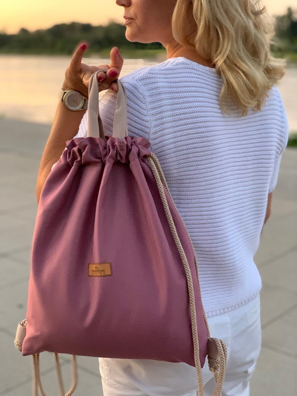 Klasyczny worko plecak w kolorze brudnego różu, czyli najmodniejszego koloru obecnego sezonu. W środku worko plecaka wszyta jest specjalistyczna (kaletnicza, bardzo mocna) podszewka w kolorze jasno beżowym , kieszonka zamykana na zamek, karabińczyk np. na klucze lub inne rzeczy, które można przypiąć. Plecaczek ma dodatkowo rączki do trzymania go w dłoni. Jest to bardzo funkcjonalny element - tak donoszą nasze zadowolone Klientki. Wymiary (+/-2cm): wys - 43cmszer - 37cmdno: - 4 cm Zalety: - rączka/uchwyty do trzymania jak torebkę- kaletnicza i wodoodporna podszewka z zamykaną kieszonką na metalowy zamek- karabińczyk na klucze wewnątrz plecakoworka- gruby bawełniany sznurek 8mm- wodoodporny- łatwość w utrzymaniu czystości- wytrzymałość- piękny design Pielęgnacja: - zalecane pranie ręczne- temp. prania do 30st. C- nie należy używać wybielaczy- prasować w niskiej temperaturze Polecam zamykaną na zamek kosmetyczkę do kompletu. Dzięki niej zachowasz porządek w plecaku oraz z łatwością go prz