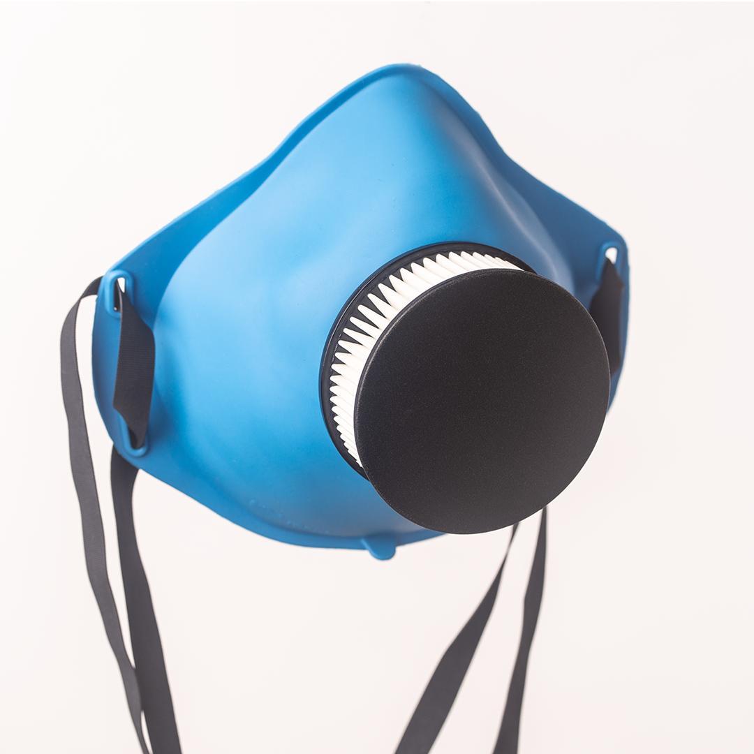 RESPIRO M07 to bezpieczeństwo, wygoda oraz ekologia. To pierwsza maska na rynku z pochłaniaczem wilgoci. Filtr wykonany z materiału o skuteczności filtracji >99% potwierdzonej certyfikatem z badań INSTYTUTU WOJSKOWEGO CHEMII I RADIOMETRII W WARSZAWIE (LABORATORIUM BADAWCZE OCHRONY DRÓG ODDECHOWYCH), izolują nas przed zarazkami o średnicy min. 0,0003 mm (0,3 µm) Filtr chroni do 24 dni codziennego użytkowania (w zależności od poziomu zapylenia w miejscu użytkowania). W przypadku użytkowania w miejscu bardziej zapylonym, okres ten może znacząco skrócony. Jeżeli po pewnym czasie użytkowania poczujemy większy opór przy oddychaniu, należy wymienić filtr na nowy. Wymiana filtra jest prosta i intuicyjna – wystarczy wyjąć z maski zużyty filtr a w jego miejsce włożyć nowy. Maskę ochronną można również stosować przy pracach w pomieszczeniach z zapylonym powietrzem a także maska chroni przed smogiem, Duża łatwość oddychania Anatomiczny kształt maski zapewnia komfort noszenia Precyzyjne uszczeln