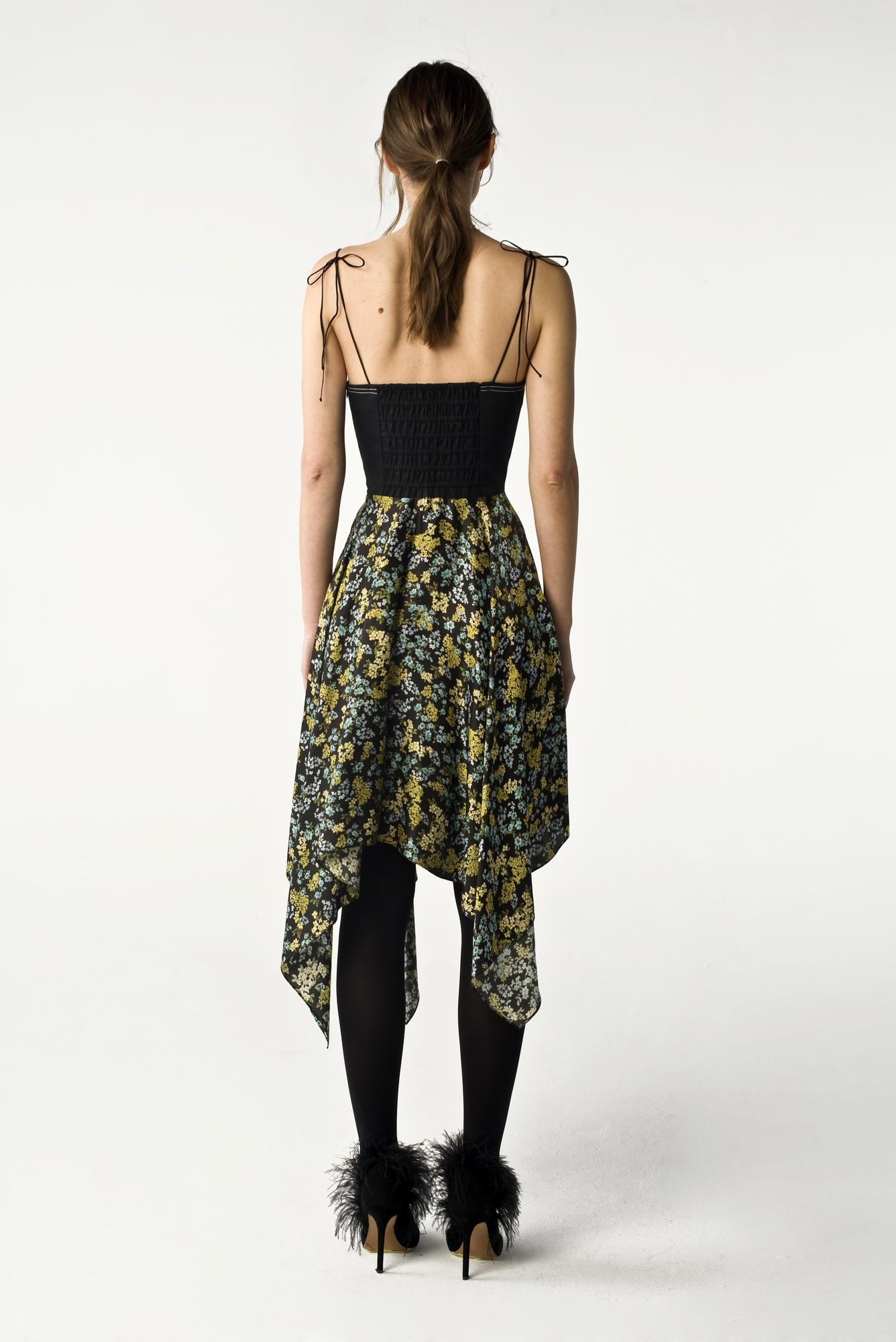 Sukienka gorsetowa wykonana z połączenia wysokiej jakości włoskiej naturalnej bawełny i wiskozy. Elastyczny element na plecach pozwala na łatwe dopasowanie sukienki do rozmiaru. Skład: gorset - 100% bawełna, spódnica - 100% wiskoza, podszewka - 100% jedwab Modelka ma 178 cm wzrostu i nosi rozmiar S Wyprodukowane w Polsce