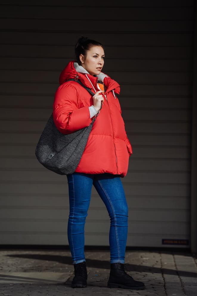 Melanżowa torebka worek do noszenia na ramieniu lub po wydłużeniu paska na skos, jak listonoszkę. Doskonale sprawdza się jako torba na co dzień, np. na uczelnię lub do pracy. Zmieścisz w niej wszystkie niezbędne rzeczy, książki, notatki lub dokumenty, a zewnętrznej zapinanej kieszonce możesz schować mniej cenne drobiazgi. Oryginalna, grubo pleciona tkanina jest mocna i wytrzymała, odporna na tarcie i wilgoć. Materiał nie mechaci się ani nie zaciąga. Bardzo łatwo utrzymać go w czystości. Całość zapinana na zamek. W środku posiada dwie kieszonki, w tym jedną zapinaną na zamek. Dodatkowo jedna zewnętrzna kieszeń, również zapinana na zamek. Materiał wierzchni: wysokiej jakości tkanina tapicerska, gruba kompozycja nitek workowych, łatwa w utrzymaniu czystości, wytrzymała na ścieranie. Podszewka bawełniana. UWAGA! Istnieje możliwość dopasowania podszewki (ostatnie zdjęcie). Przy składaniu zamówienia proszę o wpisanie numeru wybranej podszewki. W przypadku braku informacji szyjemy torebkę z p