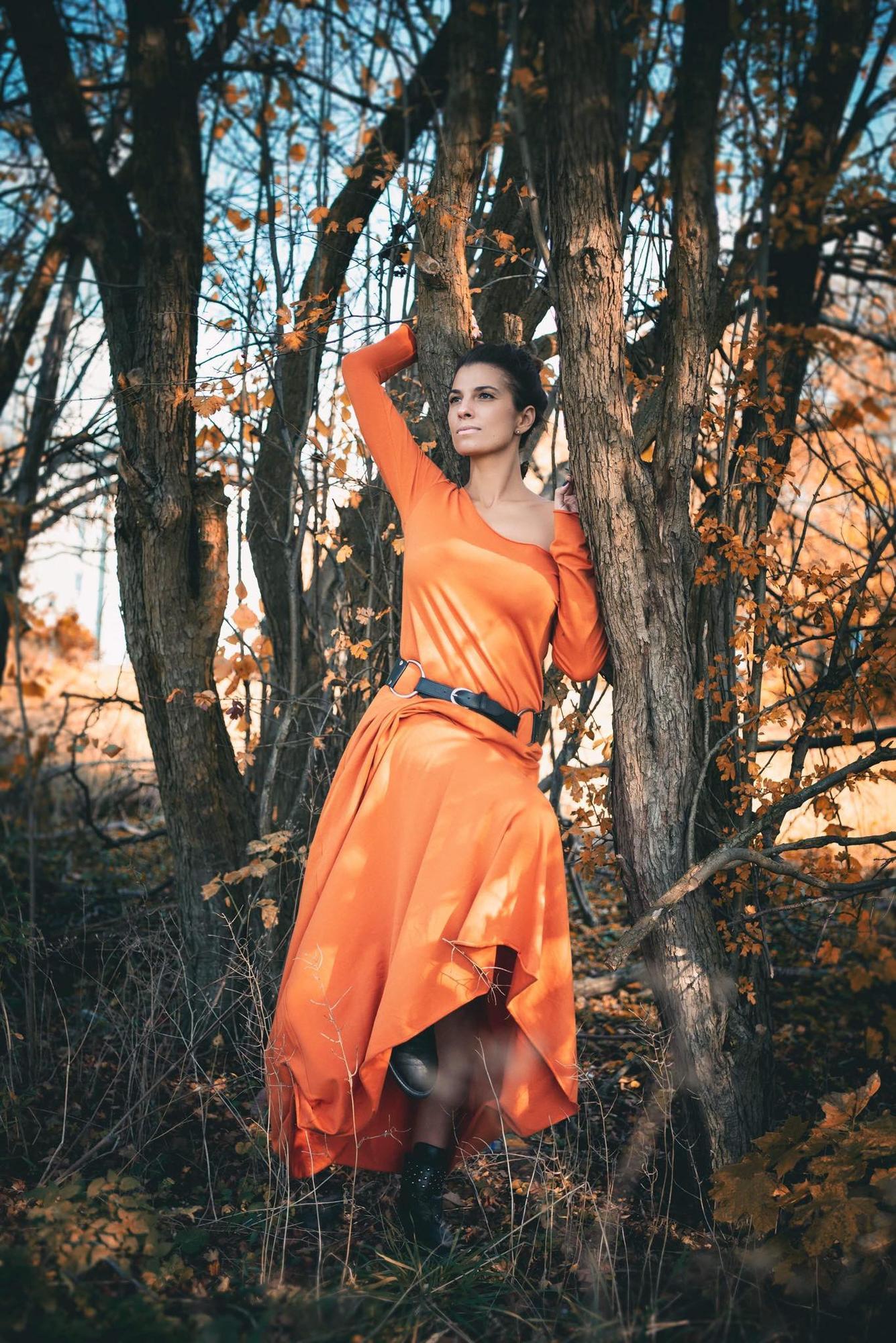 Sukienka Carmen przyjemna w dotyku duży dekolt odkryte ramiona pomarańczowa - Agi Jensen Design