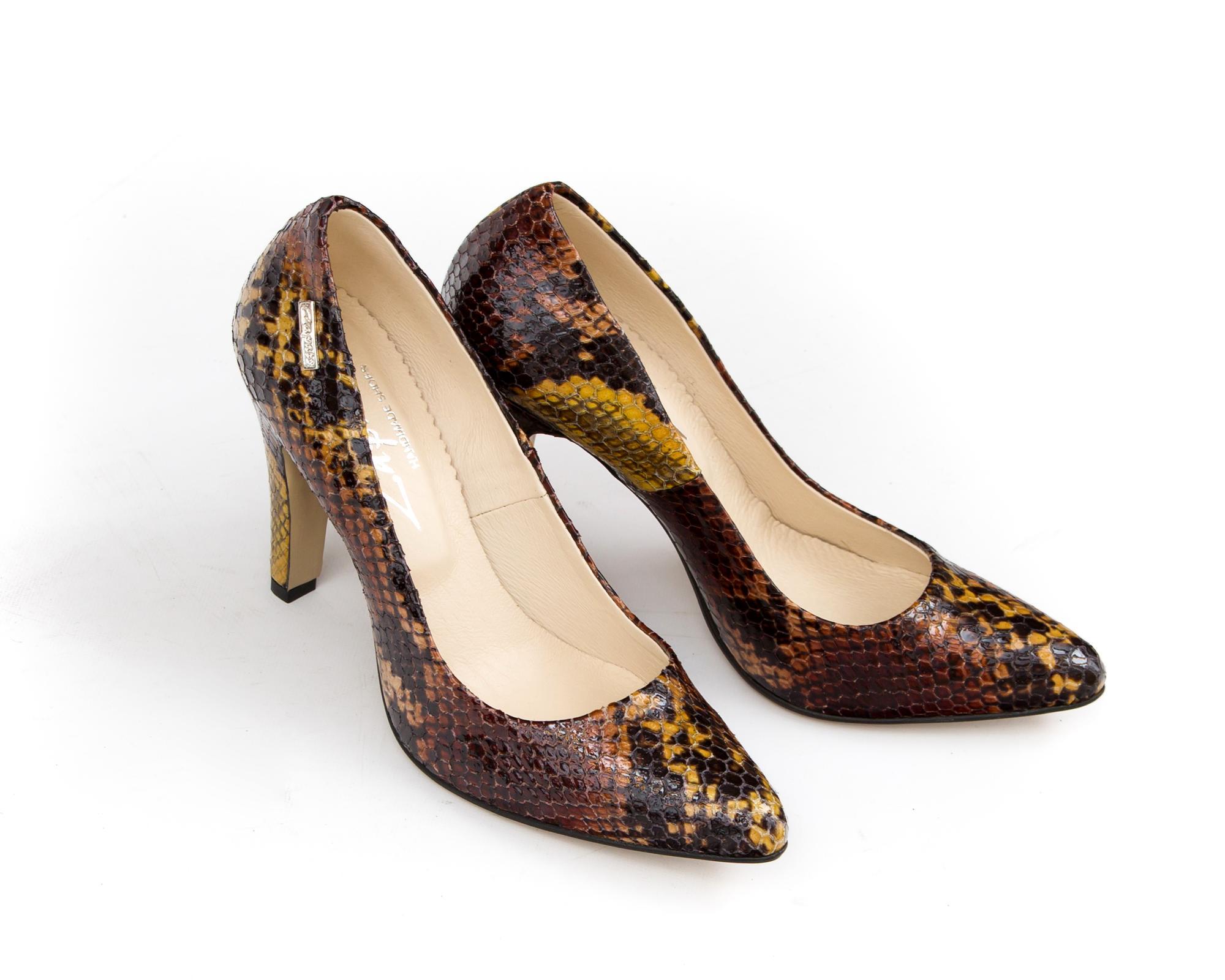Buty na obcasie to nieodłączny dodatek eleganckich, kobiecych kreacji. Klasyczne szpilki z noskiem w szpic należy jednogłośnie uznać za absolutną konieczność w damskiej garderobie. Ręcznie robione, skórzane szpilki ZAPATO model 035 mają w sobie wszystko, czego od butów na obcasie można wymagać. Wysmuklają sylwetkę, dodają szyku i pasują do niezliczonych stylizacji, a przy tym są nieziemsko wygodne. Te oliwkowe czółenka na szpilce założysz do wieczorowej sukienki, w której poczujesz się jak królowa balu. Szpilki ze skóry naturalnej sprawdzą się także w stylizacjach z garniturowymi spodniami, czy ołówkową spódnicą. A jeśli nie są Ci obce trendy streetwearowe i klimat eleganckiego luzu, to śmiało możesz zestawić skórzane buty na obcasie z denimowymi rurkami i t-shirtem z oryginalnym nadrukiem.