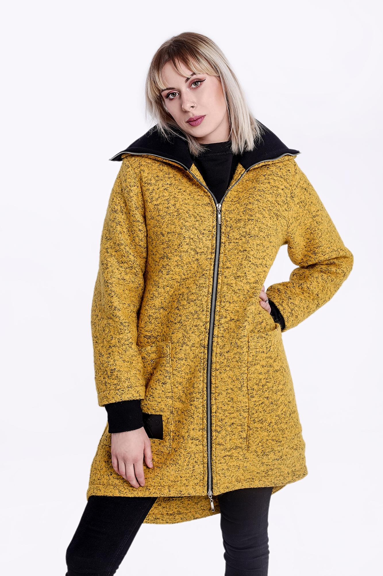 Bardzo ciepły, wełniany i miły w dotyku płaszcz o klasycznym kroju, w kolorze musztardowym. Na przodzie dwie duże, pojemne kieszenie. Zapięcie na suwak. Rękawy wykończone ściągaczem. Pod szyją golf którym można się otulić. Całość wykończona ciepłą polarową podszewką w kolorze czarnym.
