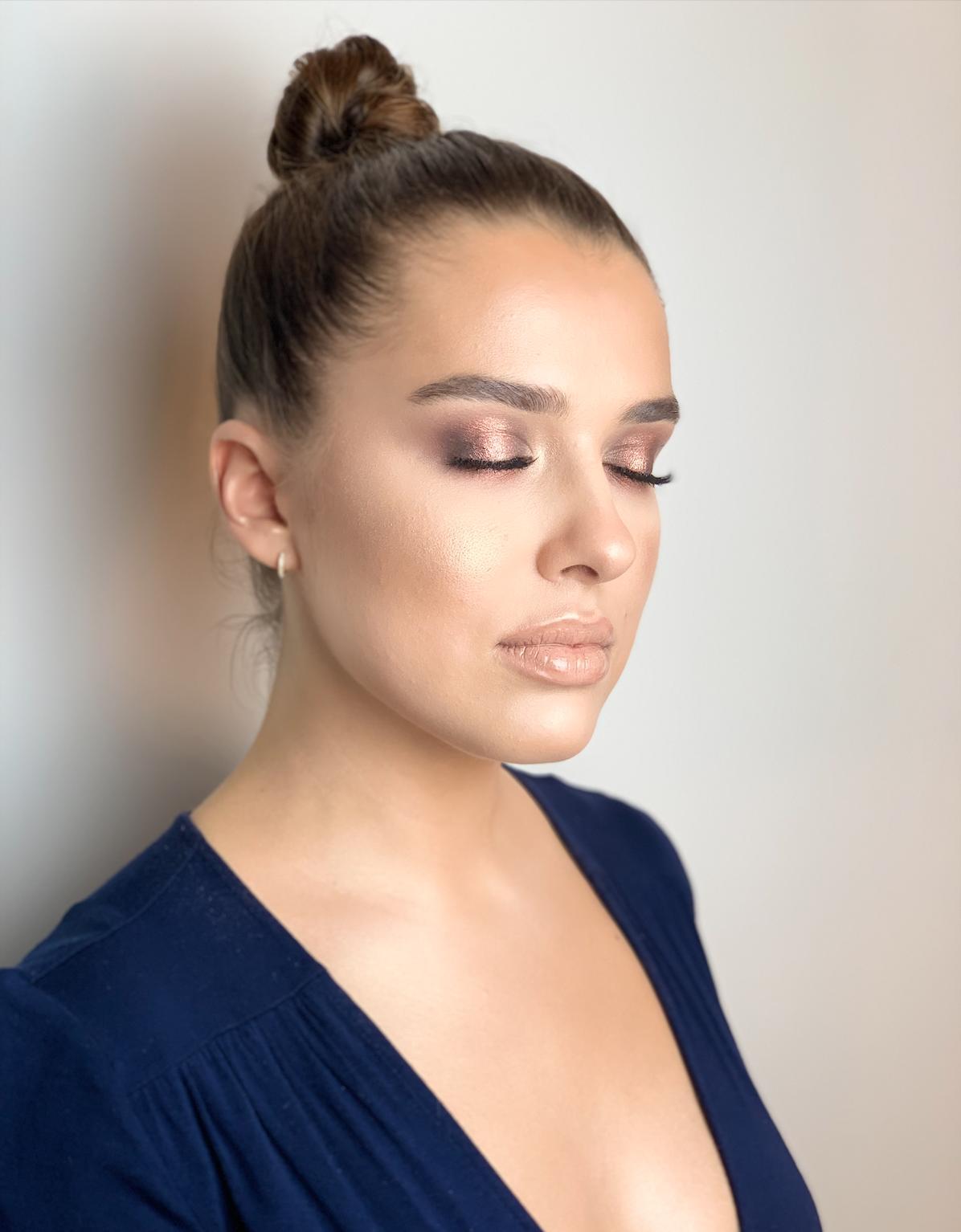 To klasyczny zestaw w najczęściej wybieranych odcieniach. Idealna kompozycja do zrobienia bezpiecznego i szybkiego codziennego makijażu. Jasny, kremowy cień jest niezbędny do rozświetlenia powieki w wewnętrznym kąciku.  Ceglasty odcień sprawdzi się przy wszystkich posiadaczkach niebieskich oczu- kolor tęczówki zostanie podkreślony i wzmocniony. Trzeci kolor, czekoladowy, może być łączony z jasnym cieniem w przypadku codziennego makijażu lub zastosowany solowo także przy smokey eyes.  Idealna kompozycja dla cieplejszego typu urody.