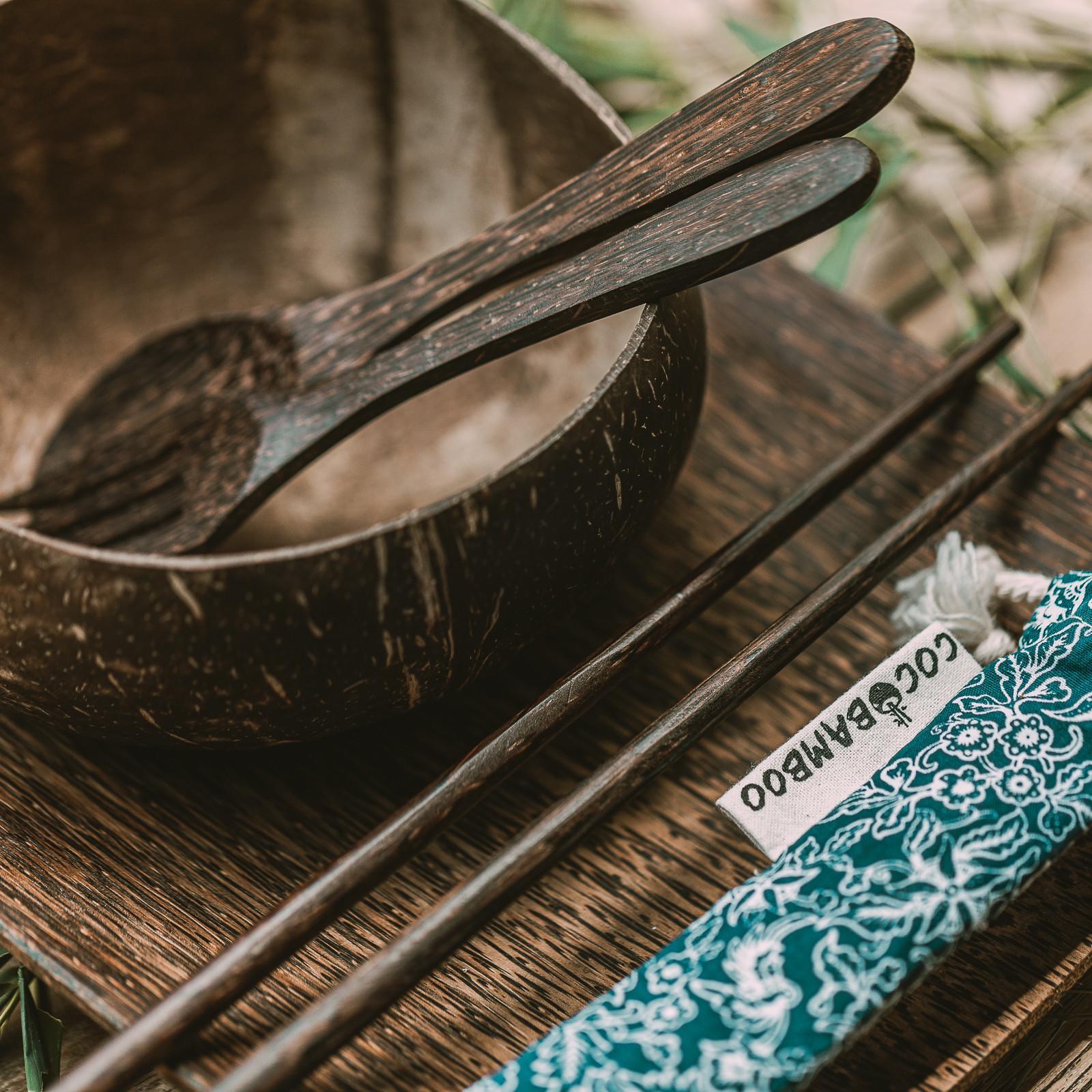 """Każdy element naszych kokosowych zestawów to prezent dla Ciebie od Natury. Każdy talerz, sztućce oraz każda pałeczki wykonane są ręcznie z odpadowych części palm kokosowych, a każda miseczka z łupin prawdziwych kokosów wyrzucanych jako odpad. Każdym swoim zakupem w naszym sklepie zmniejszasz ilość palonych łupin kokosów, pomagasz środowisku i wspierasz balijskich rzemieślników. Zestaw """"Besar"""" składa się z: talerza z drzewa kokosowego o rozmiarze 25 x 20 cm szlifowanej na gładko wewnątrz jak i na zewnątrz kokosowej miseczki """"Batukaru"""" (rozmiar: średnia; pojemność: około 500-600 ml; kolor: naturalny, nieprzetworzony; wymiary: średnica 12-13 cm, wysokość 7-8 cm) kokosowej pary sztućców """"Canggu"""" o długości około 18 cm pary kokosowych pałeczek dwóch bambusowych słomek w bawełnianym woreczku Wszystkie produkty są:  100% naturalne łatwe do czyszczenia wielokrotnego użytku przyjazne dla środowiska WAŻNE! - Nie używajcie misek w mikrofalówkach, wyparzarkach, piekarniku lub zamrażalniku, poniewa"""