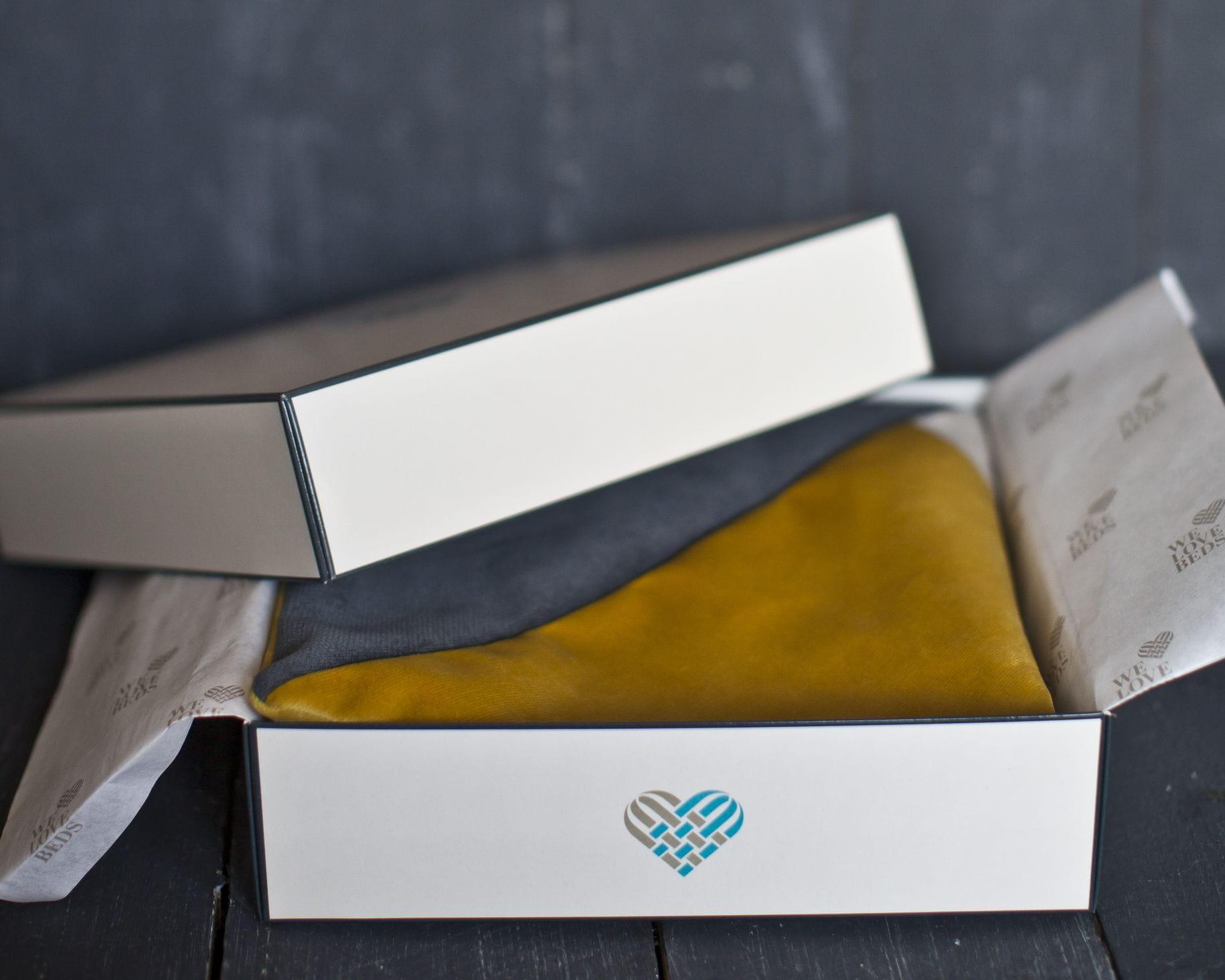 Poszewka dekoracyjna London Główną inspiracją kolekcji poduszek dekoracyjnych Fashion Capitals, stworzonej wspólnie z projektantką wnętrz- Agnieszką Chlebdą, był design lat 60-tych. Światowe stolice designu prezentowały wtenczas (powracające dziś do łask) fotele z drewnianym oparcie, kultowe meblościanki, tapicerowane wersalki, czy pełne koloru, szklane wazony. Projekt asymetrycznych kształtów oraz barwnych tkanin, nadaje wnętrzu nietuzinkowego stylu. Poszewkę wykonano z weluru, materiału delikatnego, miękkiego oraz łatwego do wyczyszczenia. Idealnie nada się do minimalistycznej i gustownej przestrzeni. Każdy produkt pakujemy w kredowy kartonik, wyściełany muślinowym papierem. Poduszka idealnie sprawdzi się tym samym jako wyjątkowy prezent. Poduszka dekoracyjna London tworzy piękny zestaw z poduszkami: Dijon, Jeans Blue. Zadbaj o swoje wnętrze. Kolor: żółty, szary, ecru. Dostępne rozmiary : 45x45 cm - pasuje do niej wkład jedwabny 50x50 cm. Tkanina: Poliester. Wymiary produktów wykonan