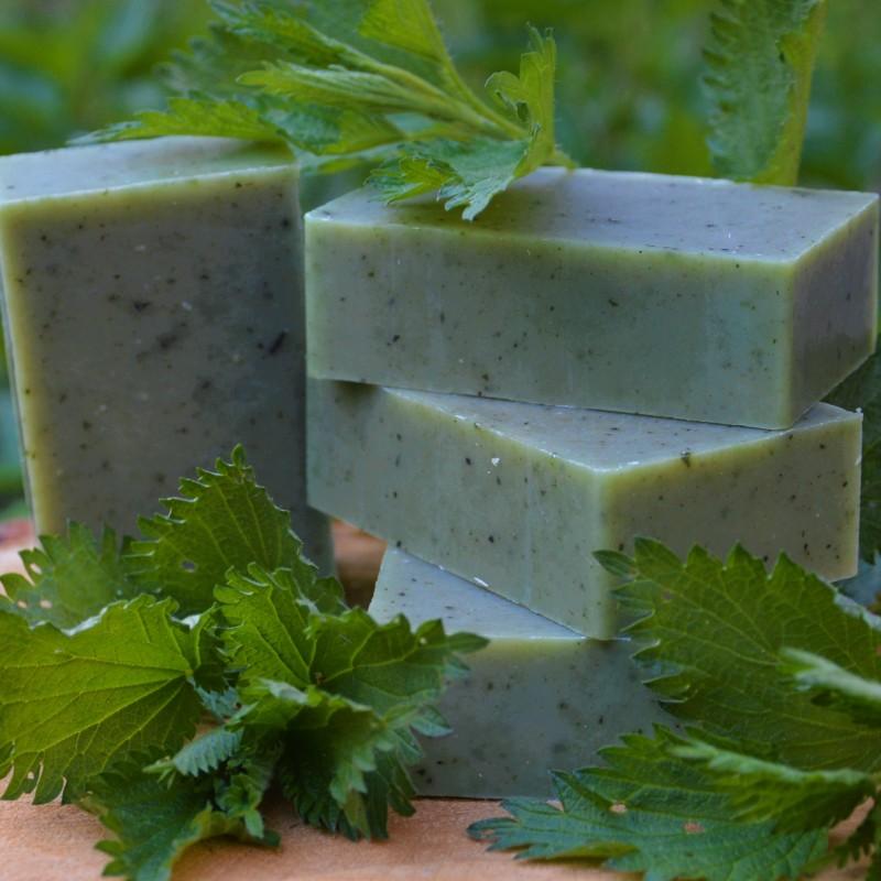 Mydło wypełnione CHLOROFILEM obecnym w zielonych roślinach i algach, o odświeżającym zapachu dodającym energii do działania. Łagodnie oczyszcza, odżywia i regeneruje skórę. Olejowy wyciąg z liści POKRZYWY zmniejsza wydzielanie sebum nie wysuszając skóry, ogranicza nadmierną potliwość, poprawia koloryt i ukrwienie. Pomaga przy trądziku, wypryskach i zaskórnikach. Działa antybakteryjnie i przeciwzapalnie, zwęża pory. Neutralizuje wolne rodniki. Dodatkowo mydło zawiera starannie wyselekcjonowane i zmielone suche liście pokrzywy, które delikatnie masują skórę podczas kąpieli. Alga SPIRULINA ma działanie nawilżające i regenerujące, zmniejsza szorstkość naskórka i ilość zaskórników. Reguluje pracę gruczołów łojowych, działa antyoksydacyjnie i wzmacniająco na naczynia krwionośne. Oczyszcza skórę z toksyn, łagodzi stany zapalne, ujędrnia i polepsza napięcie skóry. OLEJ AWOKADO jest odpowiedni do pielęgnacji wszystkich rodzajów skóry, zawiera cenne witaminy A, B, C, D, E, H, K, PP. ZAPACH: 100%