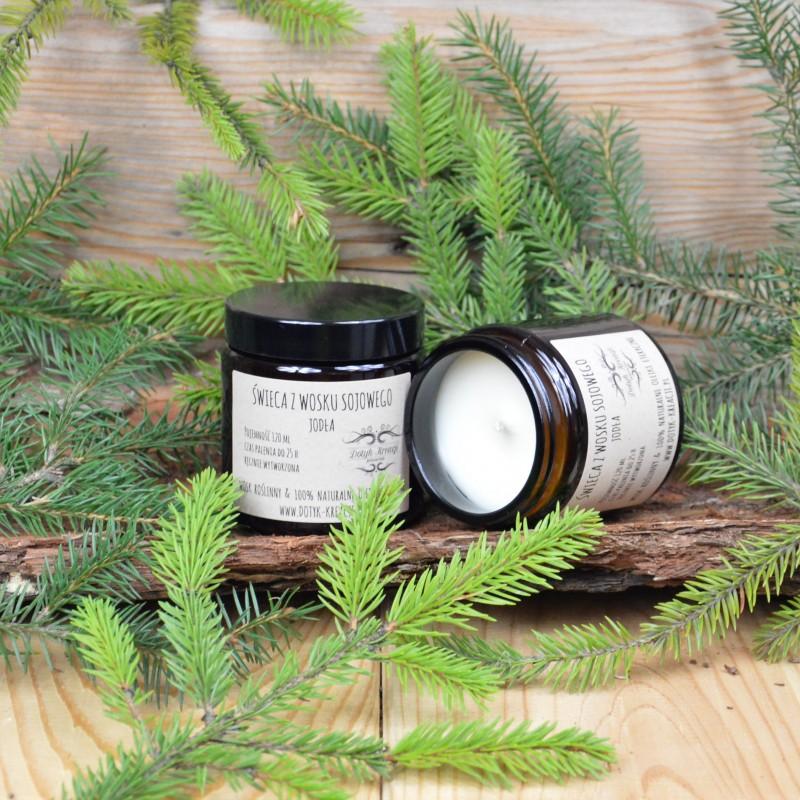 Świeca wykonana jest w 100% z ekologicznego, roślinnego WOSKU SOJOWEGO. W czasie palenia wydobywają się z niej 100% naturalne olejki eteryczne z JODŁY, co dodatkowo wzbogaca świecę o efekt aromaterapii (świeca aromaterapeutyczna). Jedna świeca wypełni zapachem całe pomieszczenie. Czym różni się świeca ZAPACHOWA od świecy AROMATERAPEUTYCZNEJ? Oprócz naturalnego roślinnego wosku sojowego świece AROMATERAPEUTYCZNE zawierają wyłącznie naturalne olejki eteryczne, które pozytywnie wpływają na ciało i psychikę człowieka. O wiele tańsze syntetyczne odpowiedniki takich właściwości nie posiadają. ZAPACH: świeży, ostry, drzewny 100% naturalny olejek eteryczny JODŁA - naturalny olejek eteryczny pomaga w czasie przeziębień i grypy oraz innych problemów układu oddechowego. Wykazuje właściwości relaksujące, łagodzi stres i napięcie. Działa tonizująco w przypadku umysłowego i fizycznego wyczerpania. WOSK SOJOWY jest w 100% naturalnym woskiem roślinnym uzyskiwanym z nasion soi. Wosk jest biodegradowaln