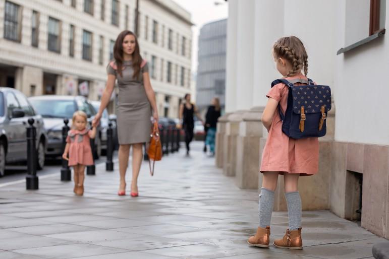 Sukienki retro zawsze pozostaną w modzie, bo trendy się zmieniają a styl zostaje. Tego już uczą się młode damy i w sukienkach retro są po prostu słodkimi elegantkami. Sukienka z krótkim rękawem, odcinana i delikatnie marszczona pod gorsem, długość przed kolano, tył gładki, zasuwany na kryty zamek. Główną ozdobą, ale też elementem wyróżniającym tę sukienkę, spośród tysiąca innych, jest zmodyfikowany kołnierz typu bebe odszyty z dwóch kolorów i spięty klamrą.Sukienkę można stylizować na różne sposoby dzięki elementom uzupełniającym jak: dwustronny pasek i troczki, które Mała Dama otrzymuje w komplecie. Troczki wkładane są do klamry zbierającej kołnierz, nie wymagają żadnego dodatkowego mocowania czy przyszywania. Dzięki temu można je w każdej chwili usunąć lub znowu włożyć, w zależności od koncepcji małej elegantki. Sukienkę wyróżnia wysokiej jakości włoska tkanina bawełniana, dwustronna, która idealnie współgra ze stylem Retro. Jeśli stawiasz na ponadczasowość to ten wybór będzie idealn