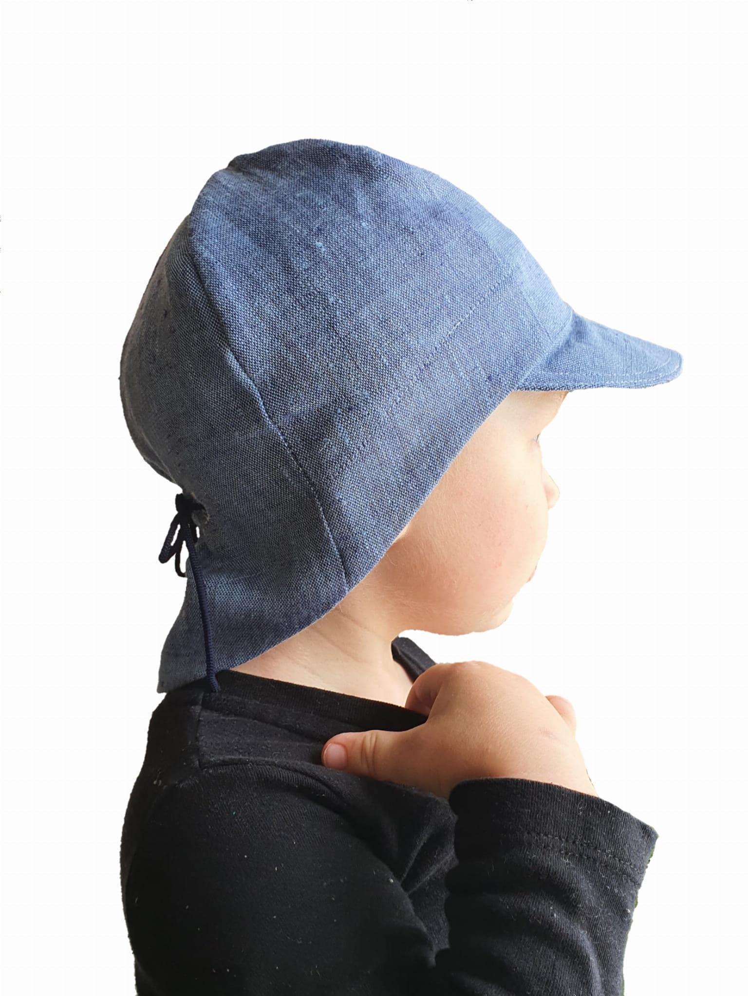 Czapka przeciwsłoneczna uszyta ze 100% lnu z osłonką na kark dla dzieci w wieku 0-8 lat. - Daszek przeciwsłoneczny. - Osłonka na kark chroniąca przed słońcem. - Regulacja na gumkę pozwalająca na idealne dopasowanie do obwodu głowy. -Przetestowana przy zabawach - nie spada z głowy i nie osuwa się na oczy podczas biegania, skakania jady na rowerku! - Naturalny materiał jakim jest len nie powoduje pocenia się główki dziecka. - Kolor denim. - Uszyta z wykorzystaniem odnawialnych źródeł energii.
