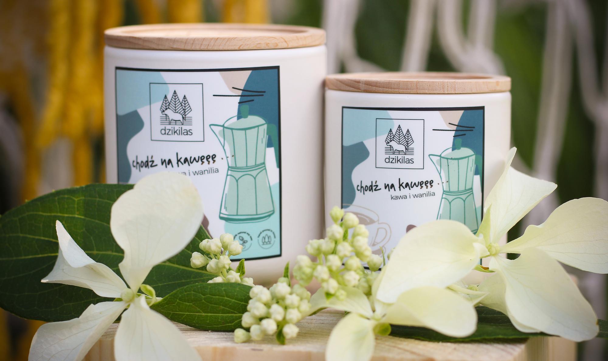 Obudź się dzięki otulającemu zapachowi kawy z wanilią. Mocny zapach ziaren kawy przełamany subtelną nutą wanilii sprawi, że każdy poranek będzie tak samo przyjemny. Świeca o kawowo-waniliowym zapachu to propozycja dla wszystkich osób, które kochają zapach kawy i nie wyobrażają sobie dnia bez niego. Chcemy Ci zaproponować zupełnie inny produkt ! Naturalną alternatywę dla szkodliwych świec z parafiny. Oto świece: Wykonane z wosku rzepakowego z domieszką 5% wosku pszczelego oraz naturalnych certyfikowanych olejków eterycznych. Wosk z którego jest wykonana nasza świeca jest przyjazny Tobie i środowisku. Biodegradowalny, produkowany wyłącznie z surowców uprawianych w Europie, nie modyfikowanych genetycznie. Nasz knot jest ekologiczny, w 100% wyprodukowany bez użycia środków chemicznych z niebielonej bawełny, powleczony naturalnym woskiem (mieszanka wosku pszczelego i wosków roślinnych). Nasza świeca o pojemności 90 ml, pali się od 20-25 godzin. Wosk rzepakowy ma gładką, mleczną strukturę, c
