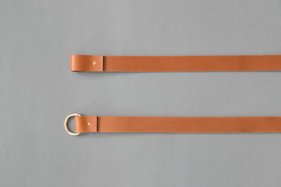 Skórzane mocowania sufitowe mogą służyć zarówno jako uchwyty do drążka na wieszaki z ubraniami albo jako sufitowe wsporniki do karniszy Do każdego z tych rozwiązań potrzebny będzie jedynie metalowy lub drewniany drążek albo karnisz który przejdzie przez pętle oraz dwa haki zamontowane w suficie Wariant 2 wykonany jest ze skóry naturalnej barwionej na kolor jasnobrązowy Paski są uniwersalne ponieważ drążek czy karnisz może być w dowolnej długości i dowolnego koloru Standardowo pętle są dopasowane do drążków i karniszy o średnicy ~2 cm ale możemy je dostosować na życzenie klienta Zestaw składa się z dwóch skórzanych pasków nitów i kółek Materiały: skóra bydlęca garbowana roślinnie o grubości 3 4 mm nity i kółko metalowe w kolorze złotym Wymiary: 35 mm szerokości Produkt jest dostępny w czterech długościach: 10 cm przeznaczony do mocowania karnisza 25 cm przeznaczony do mocowania karnisza 60 cm przeznaczony do mocowania wieszaka 90 cm przeznaczony do mocowania wieszaka Skóra licowa to szl