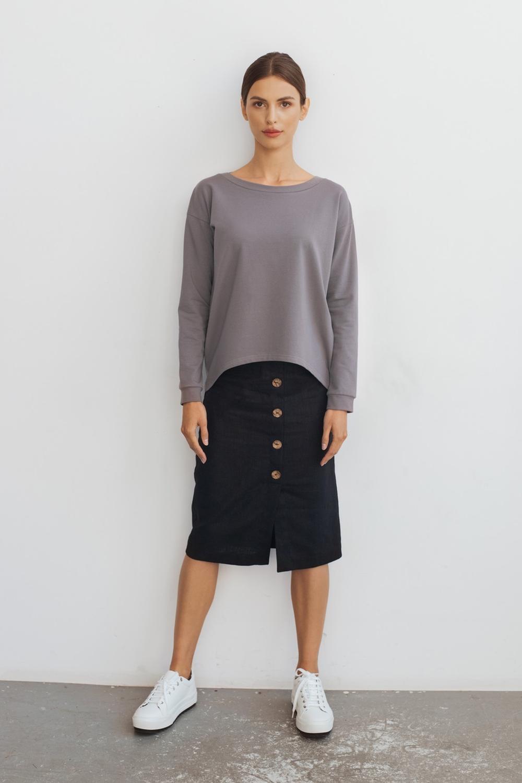 Wygodna bluza uszyta z organicznej bawełnianej dresówki z dodatkiem elastanu. Szary kolor z lekką domieszką beżu, i dekolt - łódka. Oversizowy fason Dekolt łódka i krótszy przód Dobrze wygląda zarówno do spódnic jak i do jeansów Bluza występuje w rozmiarach S, M, L.  Bluza ma oversizowy fason, jeśli wolisz bardziej dopasowane fasony wybierz mniejszy rozmiar. Maria ma 176 cm wzrostu i nosi rozmiar S. Przed zakupem sprawdź dokładnie wymiary. SKŁAD: 95 % bawełna organiczna, 5 % elastan Bluza została uszyta w Polsce z wysokiej jakości dresówki pętelkowej. Gramatura 250g/m2. Dzianina dla przędzy ma certyfikat OCS100 (bawełna organiczna), a dla wybarwienia OEKOTEX standard 100. PIELĘGNACJA: prać w temperaturze 30°C prasować na lewej stronie w temperaturze do 100°C (symbol żelazka z jedną kropką) nie suszyć w suszarce pielęgnuj ubrania zgodnie z zaleceniami, aby służyły Ci jak najdłużej.