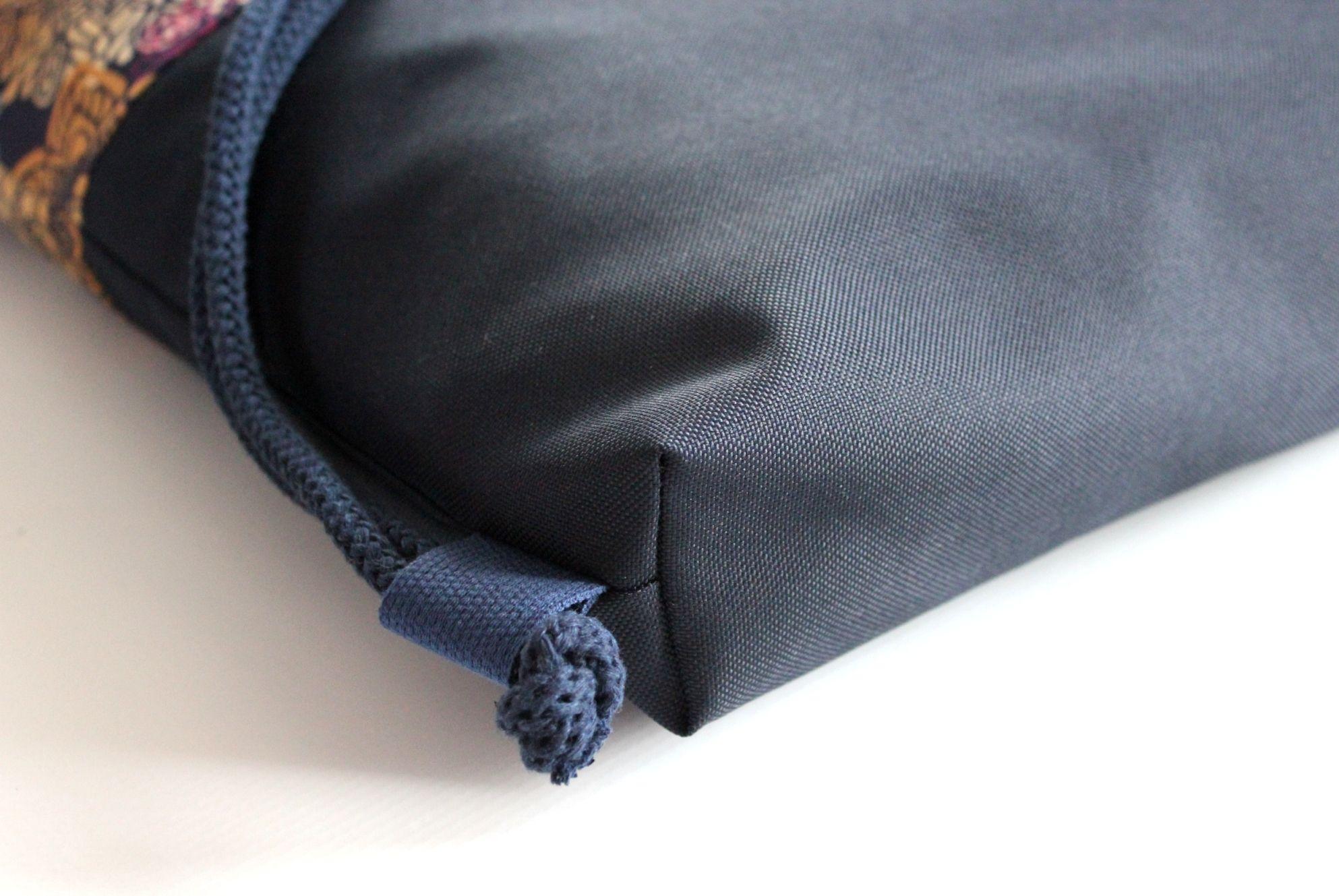 PLECAK WOREK MANDALA NA GRANATOWYM SPODZIE JAKO ELEMENT MIEJSKIEJ STYLIZACJI. Plecak worek wykonany z WODOODPORNEJ, szybkoschnącej i odpornej na brud tkanina. Multi-kolorowa mandala doskonale łączy się z granatowym spodem worko plecaka. W środku worko plecaka granatowa podszewka (kaletnicza, bardzo mocna), kieszonka zamykana na zamek, karabińczyk np. na klucze lub inne rzeczy, które można przypiąć. Plecaczek ma dodatkowo rączki do trzymania go w dłoni. Jest to bardzo funkcjonalny element - tak donoszą nasze zadowolone Klientki. Produkt szyty ręcznie, z najwyższą dokładnością a jego oryginalny wzór nie pozostawi nikogo obojętnym. Wymiary (+/-2cm): wys - 43cmszer - 37cm dno: - 4 cm Zalety: - rączka/uchwyty do trzymania jak torebkę- kaletnicza i wodoodporna podszewka z zamykaną kieszonką na zamek- karabińczyk na klucze wewnątrz plecakoworka- gruby bawełniany sznur 8mm- wodoodporny- łatwość w utrzymaniu czystości- wytrzymałość- piękny designPielęgnacja: - zalecane pranie ręczne- temp. pran