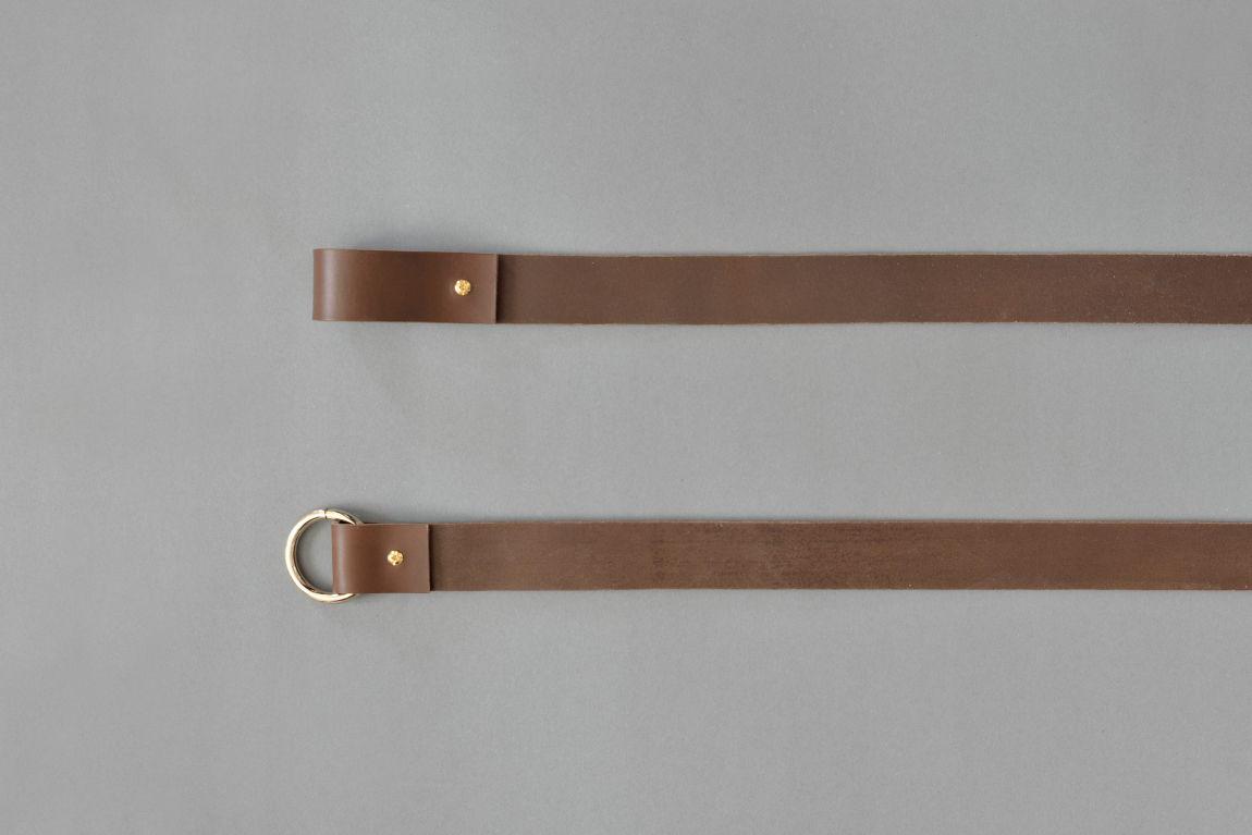 Skórzane mocowania sufitowe mogą służyć zarówno jako uchwyty do drążka na wieszaki z ubraniami albo jako sufitowe wsporniki do karniszy Do każdego z tych rozwiązań potrzebny będzie jedynie metalowy lub drewniany drążek albo karnisz który przejdzie przez pętle oraz dwa haki zamontowane w suficie Wariant 4 wykonany jest ze skóry naturalnej barwionej na kolor ciemnobrązowy Paski są uniwersalne ponieważ drążek czy karnisz może być w dowolnej długości i dowolnego koloru Standardowo pętle są dopasowane do drążków i karniszy o średnicy ~2 cm ale możemy je dostosować na życzenie klienta Zestaw składa się z dwóch skórzanych pasków nitów i kółek Materiały: skóra bydlęca garbowana roślinnie o grubości 3 4 mm nity i kółko metalowe w kolorze złotym Wymiary: 35 mm szerokości Produkt jest dostępny w czterech długościach: 10 cm przeznaczony do mocowania karnisza 25 cm przeznaczony do mocowania karnisza 60 cm przeznaczony do mocowania wieszaka 90 cm przeznaczony do mocowania wieszaka Skóra licowa to sz
