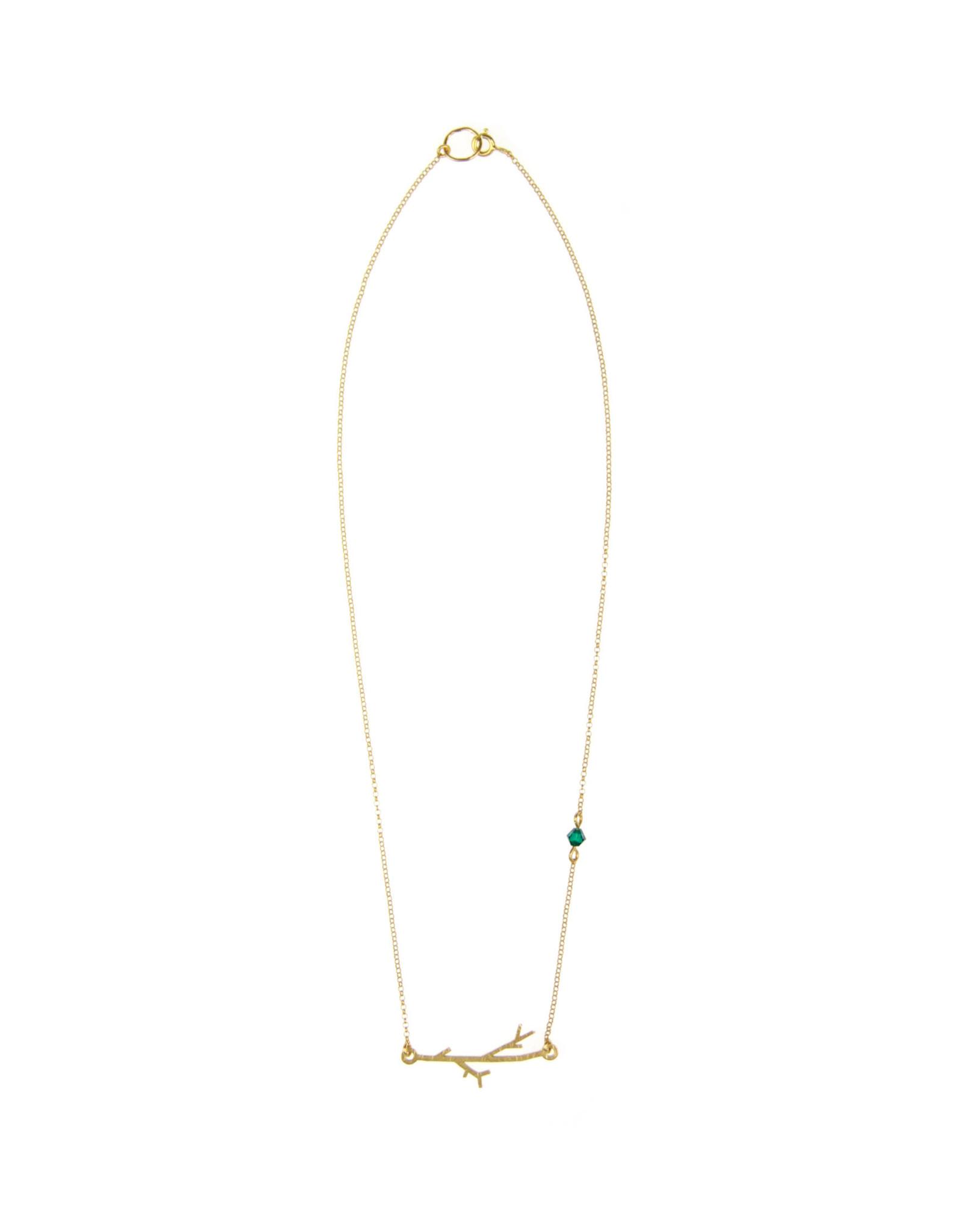 GAŁĄZKA: Piękny naszyjnik inspirowany naturą Minimalistyczny ale pełen magii lasu Naszyjnik wykonany jest ze srebra a następnie pokryty warstwą 24cr złota Na łańcuszku mieni się szmaragdowy kryształek Wolisz srebro lub ciemny odcień oksydy? Napisz do nas : Naszyjnik będzie wysłany w naszym oryginalnym pudełeczku z logo OM WYMIARY: Całkowita długość łańcuszka: 44cm Możliwość indywidualnego dopasowania długości naszyjnika W tym celu napisz do nas w trakcie składania zamówienia PIELĘGNACJA: O każdą biżuterię należy odpowiednio dbać Należy unikać kontaktu z perfumami i chemią Kiedy nie nosimy naszyjnika najlepiej przechowywać go w zamkniętym opakowaniu na przykład w pudełeczku w którym wyślemy biżuterię W przyszłości możliwość nieodpłatnego odświeżenia u nas biżuterii OM jewellery design handcrafted with love