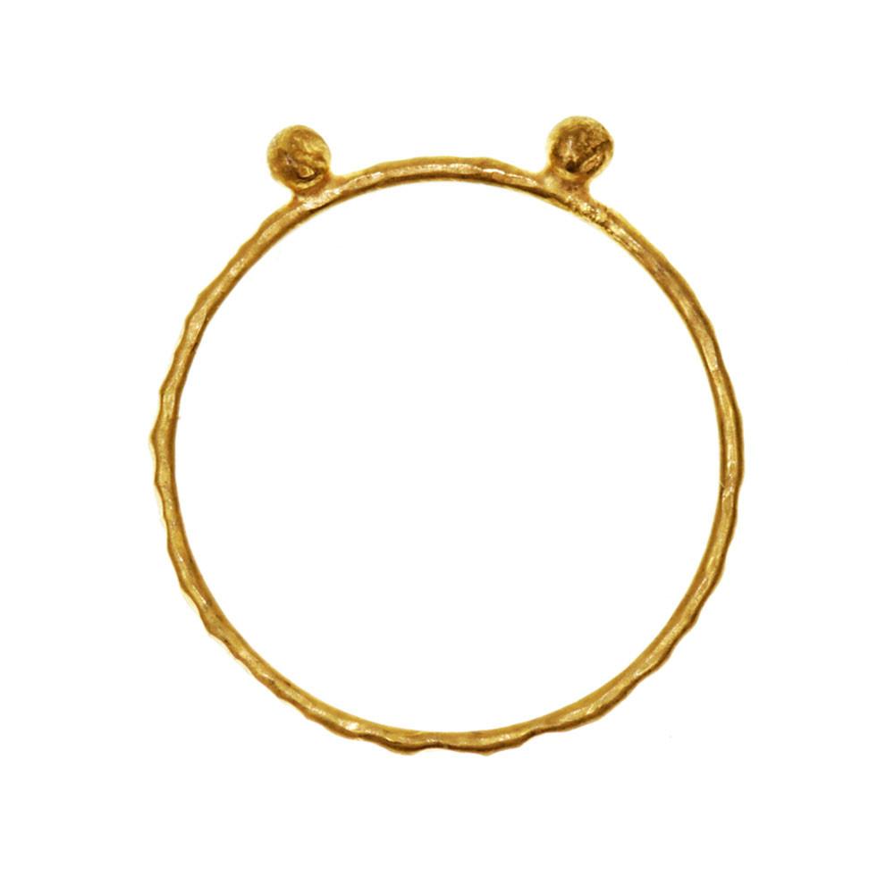 KOLEKCJA SHAPES: Kolekcja Shapes to piękny minimalizm Absolutnie uniwersalne ręcznie wykonane proste geometryczne formy LINES: Piękna i delikatna lecz bardzo mocna ręcznie robiona obrączka z nieregularnymi bryłkami z mosiądzu pokrytego 24 karatowym złotem Młotkowanie nadaje jej niepowtarzalny wzór i trwałość Obrączka będzie wysłana w naszym oryginalnym pudełeczku z logo OM WYMIARY: Dostępne w każdym rozmiarze Przy zamawianiu bardzo proszę podać rozmiar pierścionka lub obwód palca CENA: Lines lubią towarzystwo a noszenie ich jest trochę uzależniające ; Dlatego 3 obrączki są w cenie 120zł Napisz do mnie by otrzymać rabat PIELĘGNACJA: O każdą biżuterię należy odpowiednio dbać Obrączki zaleca się czyścić specjalną chusteczką przeznaczoną do czyszczenia srebra Unikać kontaktu z wodą perfumami i chemią Przechowywać w zamkniętym opakowaniu na przykład w pudełeczku w którym wyślemy biżuterię W przyszłości możliwość nieodpłatnego odświeżenia u nas biżuterii OM jewellery design handcrafted with