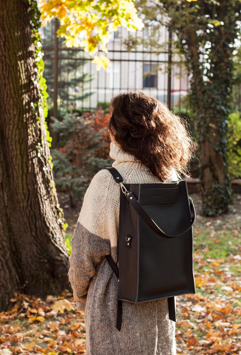Boxy Backpack to nasz pierwszy plecak który tak jak torebki z kolekcji Boxy może być użytkowany na różne sposoby Plecak można użytkować na 3 sposoby: w mniejszej wersji pudełkowej ze zgiętą klapą w większej wersji gdy jest rozłożony oraz jako torebkę na ramię gdyż posiada trzeci niezależny pasek Dzięki szelkom o regulowanej długości każdy będzie w stanie dostosować plecak do własnych preferencji Dwie kieszenie: jedna wewnętrzna zamykana na suwak i druga zewnętrzna z szybkim dostępem a jednocześnie bezpieczna jako że jest ukryta po stronie pleców Wystarczy zmienić miejsce doczepienia szelek niżej lub wyżej i tym samym zmienia się kształt rozmiar całego plecaka W powiększonej wersji plecak staje się się bardzo pojemny z łatwością zmieści laptopa format A4 czy dużą butelkę wody W mniejszej wersji jest bardziej kompaktowy pudełkowy kształt nawiązuje nieco do estetyki tornistrów Dzięki dodatkowemu paskowi może być również użytkowany jako pojemna torba na ramię Wymiary całkowite po rozprosto
