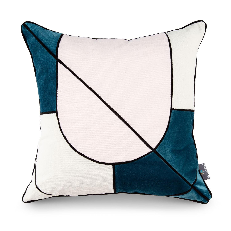 Poszewka dekoracyjna Milan Główną inspiracją kolekcji poduszek dekoracyjnych Fashion Capitals, stworzonej wspólnie z projektantką wnętrz- Ulą Kaczmarek, był design lat 60-tych. Światowe stolice designu prezentowały wtenczas (powracające dziś do łask) fotele z drewnianym oparcie, kultowe meblościanki, tapicerowane wersalki, czy pełne koloru, szklane wazony. Projekt asymetrycznych kształtów oraz barwnych tkanin, nadaje wnętrzu nietuzinkowego stylu. Poszewkę wykonano z weluru, materiału delikatnego, miękkiego oraz łatwego do wyczyszczenia. Idealnie nada się do minimalistycznej i gustownej przestrzeni. Każdy produkt pakujemy w kredowy kartonik, wyściełany muślinowym papierem. Poduszka idealnie sprawdzi się tym samym jako wyjątkowy prezent. Poduszka dekoracyjna Milan tworzy piękny zestaw z poduszkami: Teal, Rose Quartz. Zadbaj o swoje wnętrze. Kolor: niebieski, różowy, ecru . Dostępne rozmiary : 45x45 cm - pasuje do niej wkład jedwabny 50x50 cm. Tkanina: Poliester. Wymiary produktów wykonan