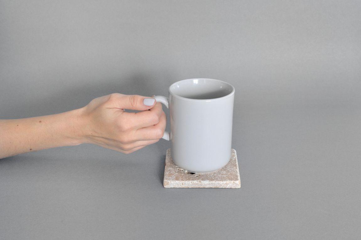 Kamienna podstawka pod kubek Treve to piękna ozdoba stołu Idealnie zabezpieczy blat przed gorącymi naczyniami i zimnymi napojami Treve 3 wykonany jest z trawertynu w kolorze beżowym Wierzchnia warstwa podstawki zabezpieczona jest przystosowanym do kontaktu z żywnością impregnatem który zabezpiecza przed wsiąkaniem płynów Od spodu podstawka Treve wyposażona jest w podkładki silikonowe które zabezpieczają blat przed zarysowaniami Materiały: trawertyn impregnowany Wymiary: około 1 5 cm wys 10 cm dł 10 cm szer Trawertyn to materiał naturalny Niejednolita powierzchnia stanowi o jego charakterze Dzięki temu każdy egzemplarz jest niepowtarzalny