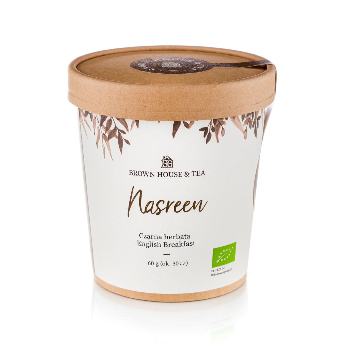 """Nasreen to prawdziwa liściasta czarna herbata, która pochodzi z niewielkiego ogrodu herbacianego Putharjhora na północnym wschodzie Indii. Kryje w sobie całe bogactwo i intensywność smaków i zapachów, które rozsławiły ją na całym świecie. I z pewnością nie jest to zwyczajna """"herbata do śniadania"""". Nasz blend to coś znacznie więcej. Smak blendu jest nieco mocniejszy od powszechnie znanej czarnej herbaty. To zachęca, ją wzbogacać różnego rodzaju dodatkami. Dzięki temu za każdym razem odkryjemy nowy smak. Z cytryną, konfiturą, mlekiem czy co tam sobie jeszcze wymyślimy – zawsze mamy inny napój, ale to samo działanie. Łatwo też zmieniać jego intensywność. Jeśli będziemy parzyć go krócej, będzie słabszy, jeśli dłużej – mocniejszy. Co kto lubi! Camellia sinesis, czyli po prostu herbata, to źródło niezliczonych właściwości zdrowotnych. Odpowiednio parzona czarna liściasta herbata to nasz sprzymierzeniec w podnoszeniu odporności organizmu. Swoją zasługę mają w tym oczywiście antyoksydanty (pol"""