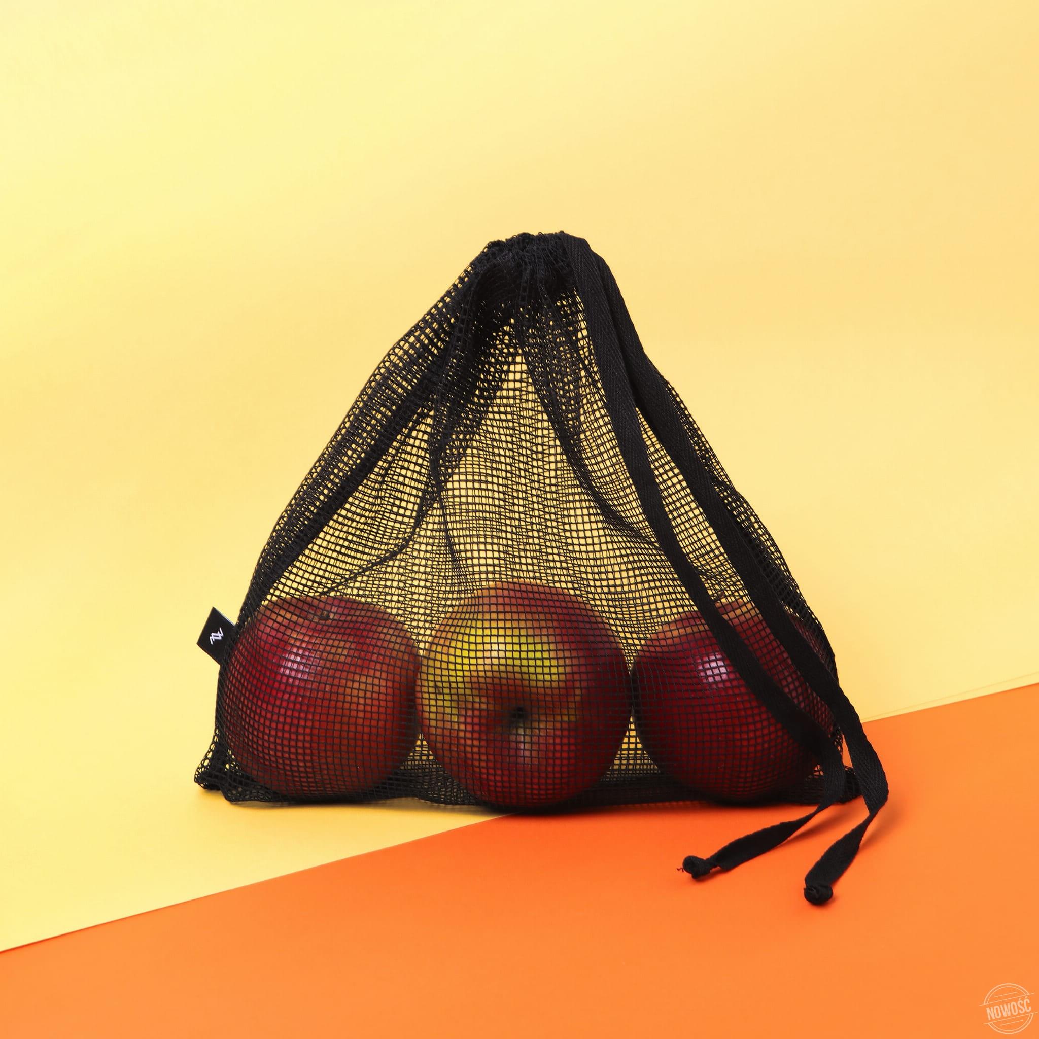 Worki EKA to doskonała alternatywa dla jednorazowych torebek foliowych. Wykonane z lekkiej i bardzo wytrzymałej siatki poliestrowej. Można w nie spakować warzywa, owoce, orzechy, cukierki :), co tylko chcecie. Doskonale nadają się również do przechowywania żywności. kolor: czarny skład: 100% poliester Zestaw składa się z dwóch worków o wymiarach: wymiary w cm EKA M EKA L szerokość 20 30 wysokość 25 25 pielęgnacja pranie w pralce, maksymalnie w temperaturze 40º prasowanie maksymalnie w temperaturze 150º