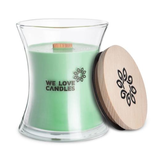 Kolekcja BASIC to sojowe świece zapachowe o soczystych kolorach i intensywnych, naturalnych zapachach inspirowanych codziennymi, prostymi przyjemnościami jakie niesie ze sobą życie. Świece z tej kolekcji zamknięte są w designerskie szklane pojemniki (zaprojektowane dla marki przez artystę-rzemieślnika) wytwarzane w polskiej hucie szkła. Pokrywkę stanowi drewniane wieczko, a całość dopełnia przyjemnie skwierczący w trakcie palenia drewniany knot. Dzięki prostej, ale ciekawej formie świece te stanowią niebanalny dodatek do domu, który szczególnie przypada do gustu fankom i fanom minimalizmu i życia w rytmie slow. Fresh Grass Świeca Fresh Grass to zapach świeżo skoszonej trawy zamknięty w szklanym designerskim opakowaniu. Dlatego jeśli tęsknisz za spacerami wśród unoszącej się woni ściętej trawy, to mamy lekarstwo na Twoje smutki! Zapach świecy nie jest płytki – jest wielowymiarowy, tak nieoczywisty i trudny do opisania jest zapach skoszonej trawy. Czasem najprostsze przyjemności trudno u