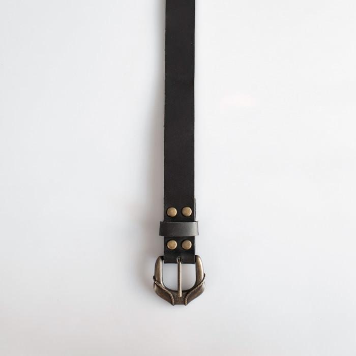 Czas dostawy: 3 dni robocze - materiał: skóra - dwoina, bydlęca - grubość skóry: około 1,8 mm - szerokość paska: 2,8 cm - kolor: czarny - zapięcie na metalową klamrę w kolorze starego złota z delikatnym ornamentem - 6 dziurek w odstępach co 3 cm, ostatnia dziurka 13 cm od końca paska Proponowany rozmiar dotyczy długości całego paska: od klamry do jego zakończenia.  Pasek wykonany w Polsce. Jeżeli interesuje Cię inny rozmiar - napisz do nas.