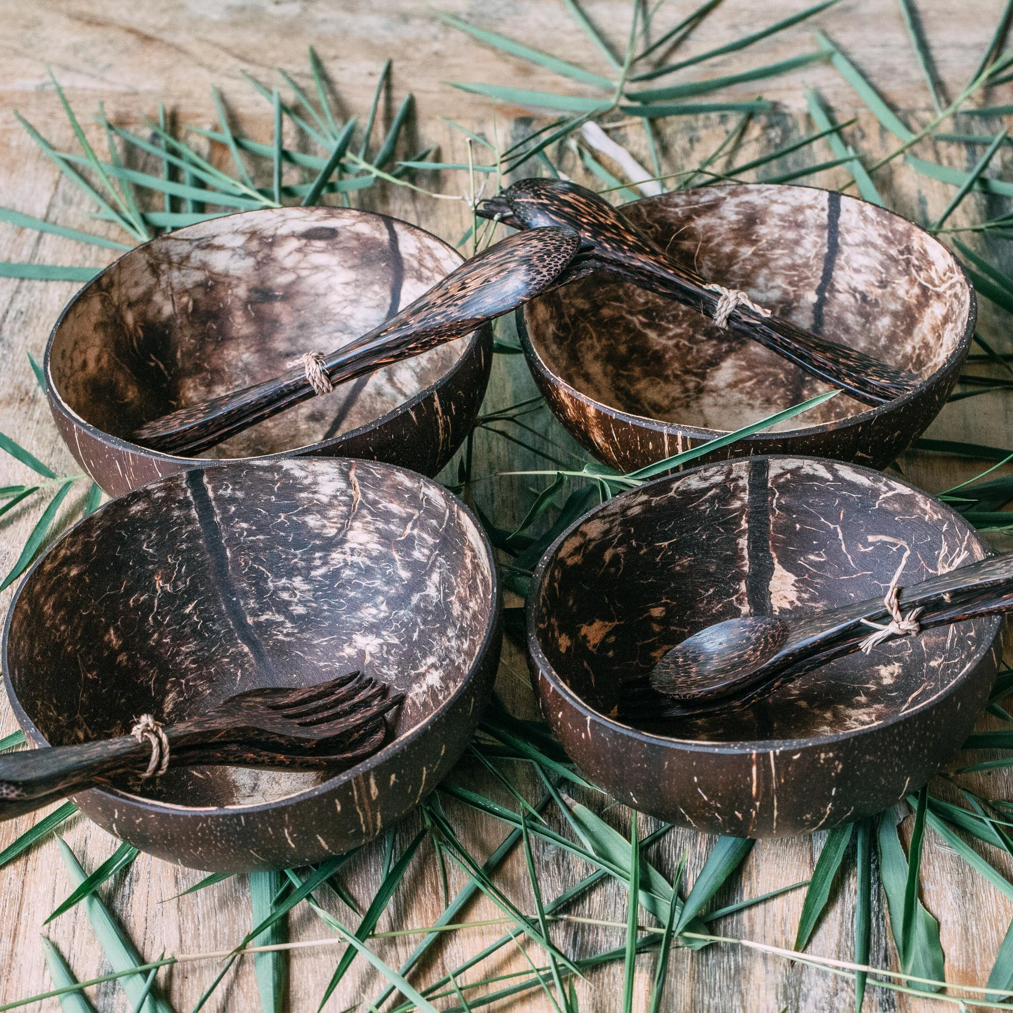 """Zestaw 4 średnich kokosowych misek """"Batukaru"""" z dołączonymi do każdej miseczki drewnianymi sztućcami. Możesz wybrać, czy chcesz otrzymać każdą miseczkę z 2 łyżkami, 2 widelcami lub z jednym widelcem i łyżką. Miski kokosowe to obowiązkowy ekologiczny dodatek do Twojej kuchni. Wykonane są z łupin orzechów kokosowych na codzień wyrzucanych jako odpady. Kupując miski wspierasz przetwarzanie i wtórne wykorzystywanie nikomu niepotrzebnych łupin kokosów, pomagasz środowisku, a zarazem pomagasz zapewnić godne życie lokalnym rzemieślnikom. Każda miska jest przycinana, szlifowana i polerowana ręcznie. Miski na żadnym etapie produkcji nie są poddawane obróbce chemicznej, a dzięki temu są w pełni wolne od jakichkolwiek substancji chemicznych. Materiał: łupina orzecha kokosowego  Rozmiar: średnia  Pojemność: około 500-600 ml  Kolor: naturalny, nieprzetworzony  Wymiary: średnica 12-13 cm, wysokość 7-8 cm  Kraj pochodzenia: Indonezja (Bali) Cechy szczególne: 100% wegańskie, wykonane ręcznie i unikaln"""