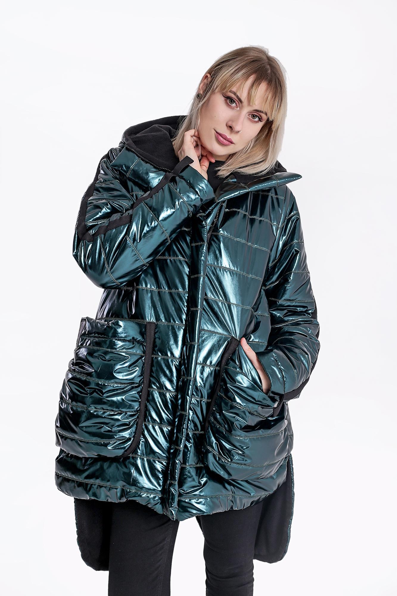 Pikowana, ocieplana kurtka w kolorze metalicznym zielonym wykończona czarną, polarową podszewką. Charakteru dodaje jej wprowadzona asymetria, ogromne, marszczone kieszenie i naszywane taśmy w kapturze, na rękawach i kieszeniach, a także bawełniany gruby sznurek w kolorze czarnym. Dostępna jest w 2 rozmiarach : 36/38, 40/42