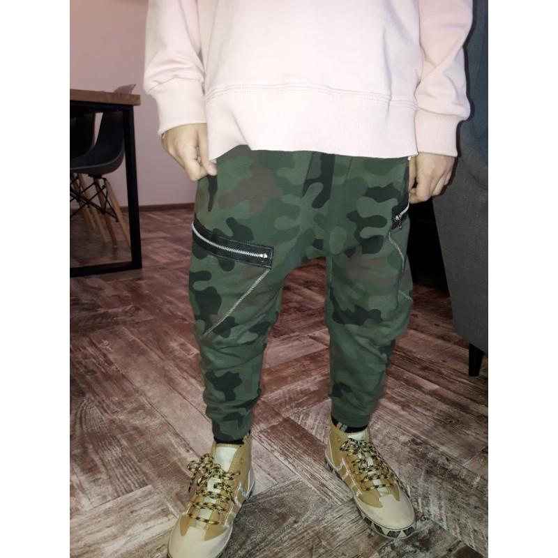 Spodnie dresowe z motywem moro z opuszczanym stanem kieszenie zapinane na metalowe zamki dostępne rozmiary 86-140 skład:95% bawełna, 5% elastan prać w 30o