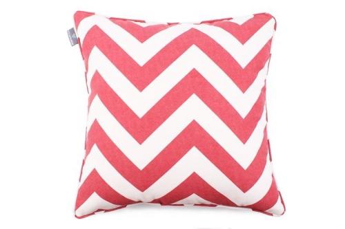 Poduszka dekoracyjna w czerwone zygzaki na tle zgaszonej bieli prezentuje się znakomicie, ożywia wnętrze i dodaje mu pozytywnej energii. Świetnie wkomponuje się w stylistykę zarówno klasycznych pomieszczeń, jak i bardziej modernistycznych wystrojów. Kolor: Czerwony, biały Dostępne rozmiary : 45x45cm - pasuje do niej wkład jedwabny 50x50 cm 50x50 cm - pasuje do niej wkład jedwabny 55x55 cm Tkanina: Poliester Wymiary produktów wykonanych z tkanin objęte są tolerancją w granicach +/- 2 cm na długości i szerokości.