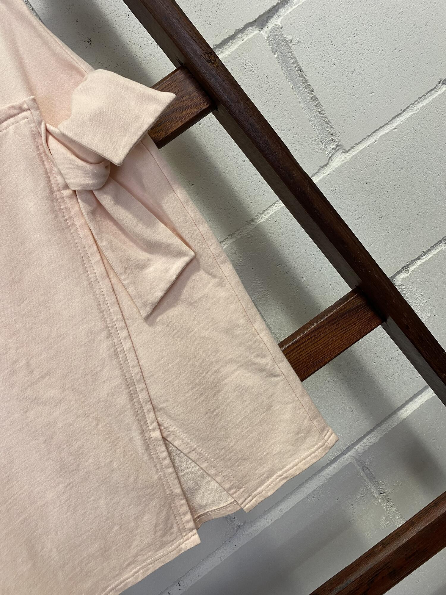 Ołówkowa pudrowa spódniczka z kokardą i rozcięciem BY O LA LA...! - Vintage Store | JestemSlow.pl