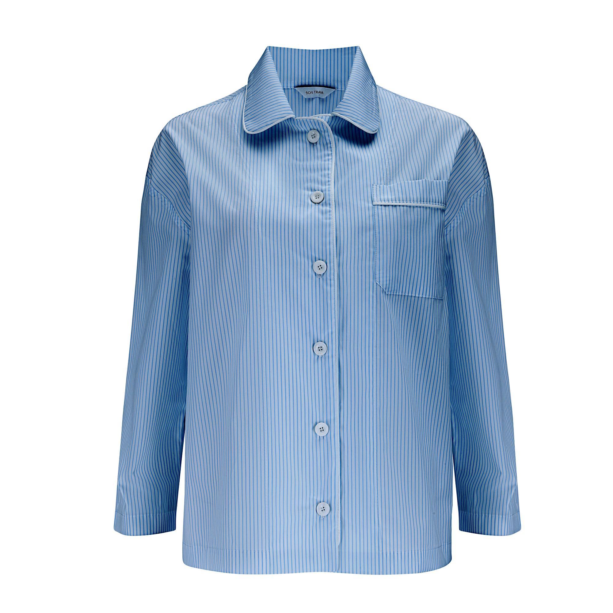Miękka koszula zapinana na perłowe guziki. Wysokiej jakości bawełna pozwala skórze oddychać nocą. Świetnie sprawdzi się podczas wizyty gości lub w drodze po poranną kawę. Skład - 100% bawełna Modelka ma 178 cm wzrostu i nosi rozmiar IT 40 (S) Wyprodukowane w Polsce