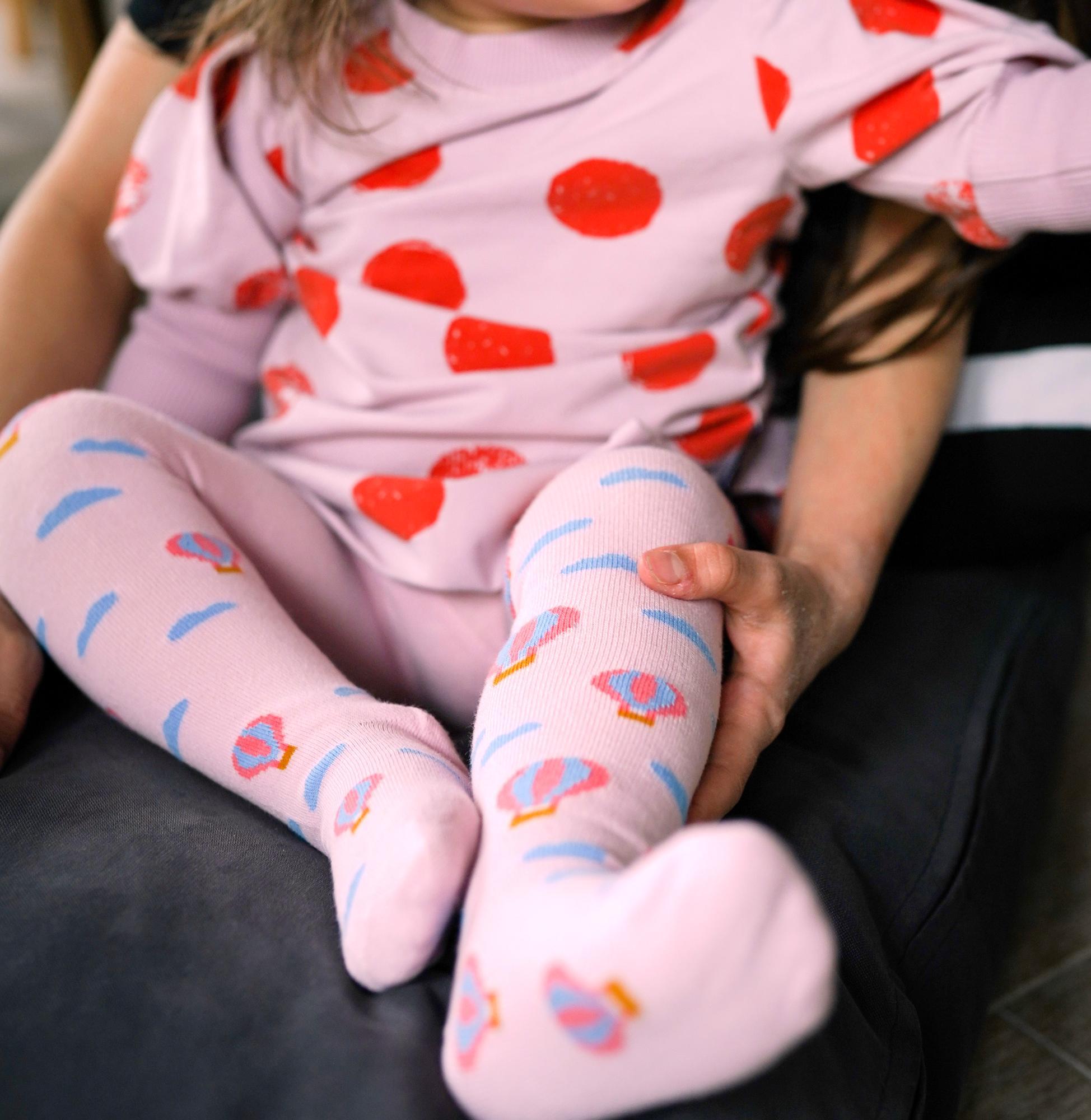 Dziecięce bawełniane rajstopy w kolorze różowym w balonyPoznaj kolorowe rajstopy marki Faves. Socks & Friends i dodaj swoim stylizacjom odrobinę szaleństwa. Bawełna stosowana w rajstopkach posiada certyfikat OEKO TEX, który stanowi gwarancję bezpieczeństwa dla skóry.Skład skarpet: 80% bawełny czesanej / 15% poliamidu / 5% elastanuMade in Poland. – produkty są zarówno projektowane jak i produkowane wyłącznie w Polsce.
