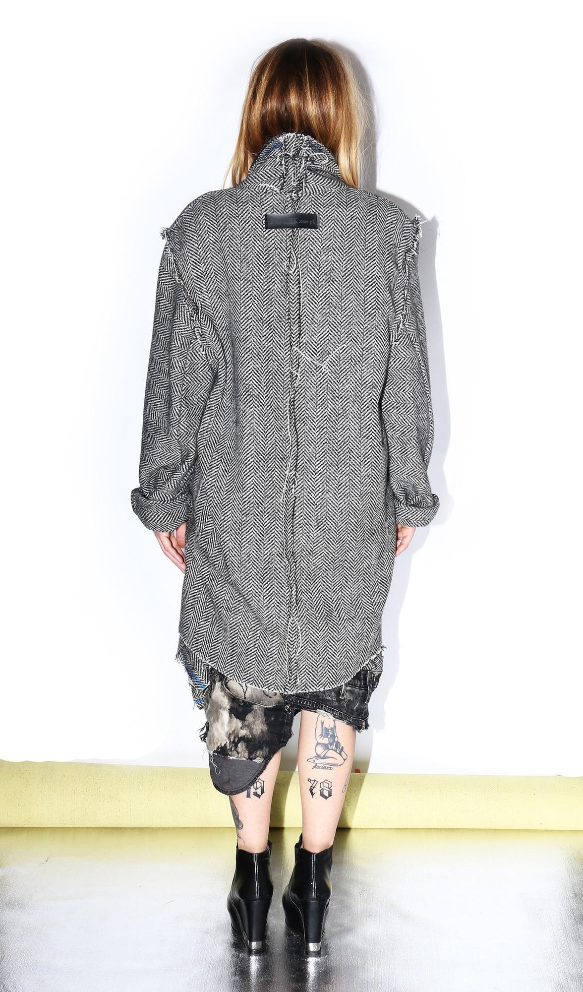 Płaszcz z grubej mięsistej wełny Bez podszewki Szyty szwami na zewnątrz kieszenie w szwach Kołnierz szalowy Z tyłu czarne logo PtASZEK Zdjęcia z pokazu KTW FASHION WEEK Fot: Filip Okopny Fashion Images @filipokopny @fashionimages eu pranie ręczne pranie chemiczne Kolekcje są szyte w autorskiej pracowni PtASZEK na zamówienie w limitowanych ilościach czas realizacji 7 dni POTRZEBUJESZ POMOCY MASZ PYTANIA ? Zadzwoń customer service 48608317395 lub wyślij e mail do nas