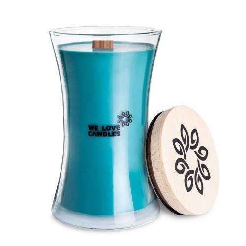 Kolekcja BASIC to sojowe świece zapachowe o soczystych kolorach i intensywnych, naturalnych zapachach inspirowanych codziennymi, prostymi przyjemnościami jakie niesie ze sobą życie. Świece z tej kolekcji zamknięte są w designerskie szklane pojemniki (zaprojektowane dla marki przez artystę-rzemieślnika) wytwarzane w polskiej hucie szkła. Pokrywkę stanowi drewniane wieczko, a całość dopełnia przyjemnie skwierczący w trakcie palenia drewniany knot. Dzięki prostej, ale ciekawej formie świece te stanowią niebanalny dodatek do domu, który szczególnie przypada do gustu fankom i fanom minimalizmu i życia w rytmie slow. Sandal Tree Świeca Sandal Tree to zdecydowany, mocny zapach kojarzący się z męskimi perfumami. Na odważną woń tej świecy składają się nuty drzewa sandałowego, palonego bursztynu oraz mchu drzewnego. To bardzo szykowny, elegancki zapach. Z całą pewnością nada się do biura lub na prezent dla kogoś o wysublimowanym guście zapachowym. Jeśli szukasz świecy dla mężczyzny jest spora sz