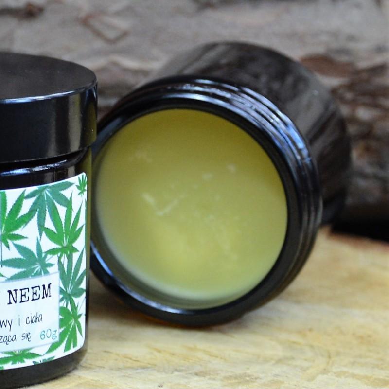 Kojące MAZIDŁO KONOPNE z olejem neem natłuszcza i nawilża naskórek, redukuje swędzący stan zapalny skóry, łagodzi podrażnienia, przyspiesza gojenie ran. Nie zawiera żadnych sztucznych substancji zapachowych oraz naturalnych olejków eterycznych, więc może być stosowane przez osoby posiadające bardzo wrażliwą skórę. OLEJ KONOPNY dzięki zawartości chlorofilu i 80% NNKT (nienasyconych kwasów tłuszczowych) posiada wybitne właściwości kojące, przeciwświądowe, regenerujące, przeciwzapalne i antybakteryjne. Doskonale nadaje się do zwalczania egzemy. Wnika w skórę głowy i we włosy odżywiając, regenerując, chroniąc i działając przeciwłupieżowo. Olej jest podobny składem do sebum ludzkiej skóry i jest hipoalergiczny. OLEJ JOJOBA zawiera kwas linolowy i witaminę E dzięki czemu przyspiesza regenerację i odbudowę tkanek. Posiada biozgodność z ludzką skórą i zachowuje naturalny kwaśny odczyn skóry. Przy łupieżu, łuszczycy i egzemie działa nawilżająco i kojąco. MASŁO SHEA natłuszcza skórę, dzięki wita